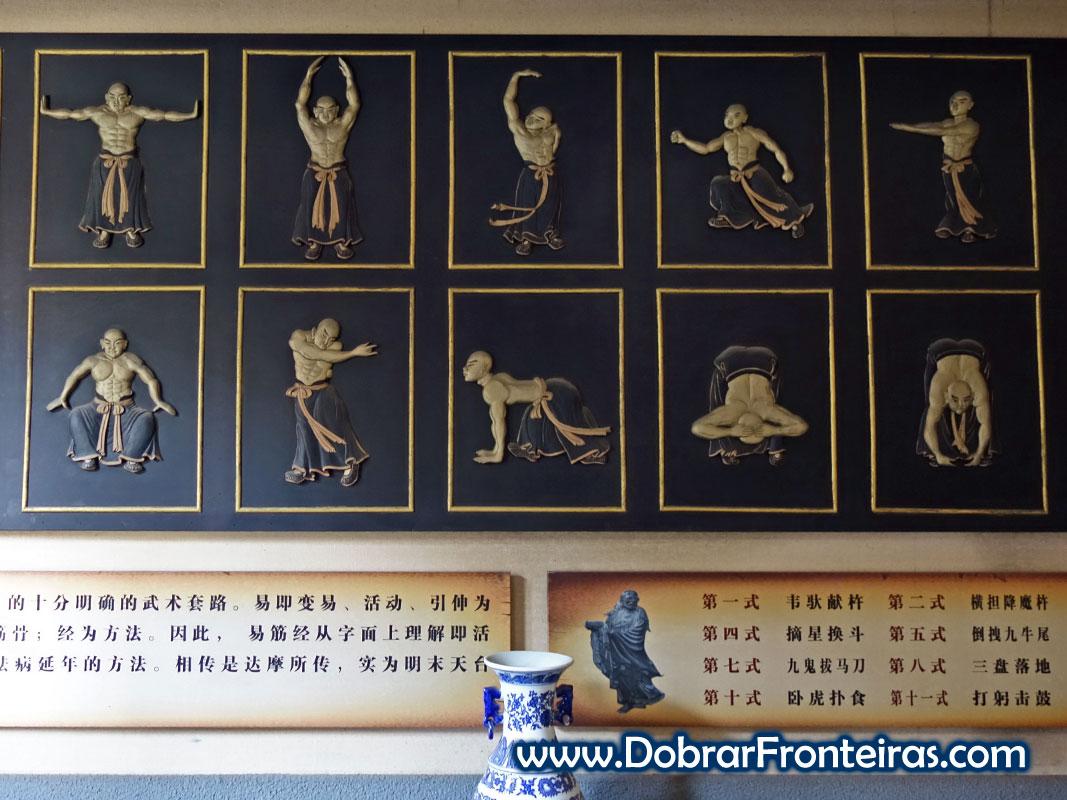 Quadro no museu de Artes Marciais de Hui Wu Lin com homem em várias posições