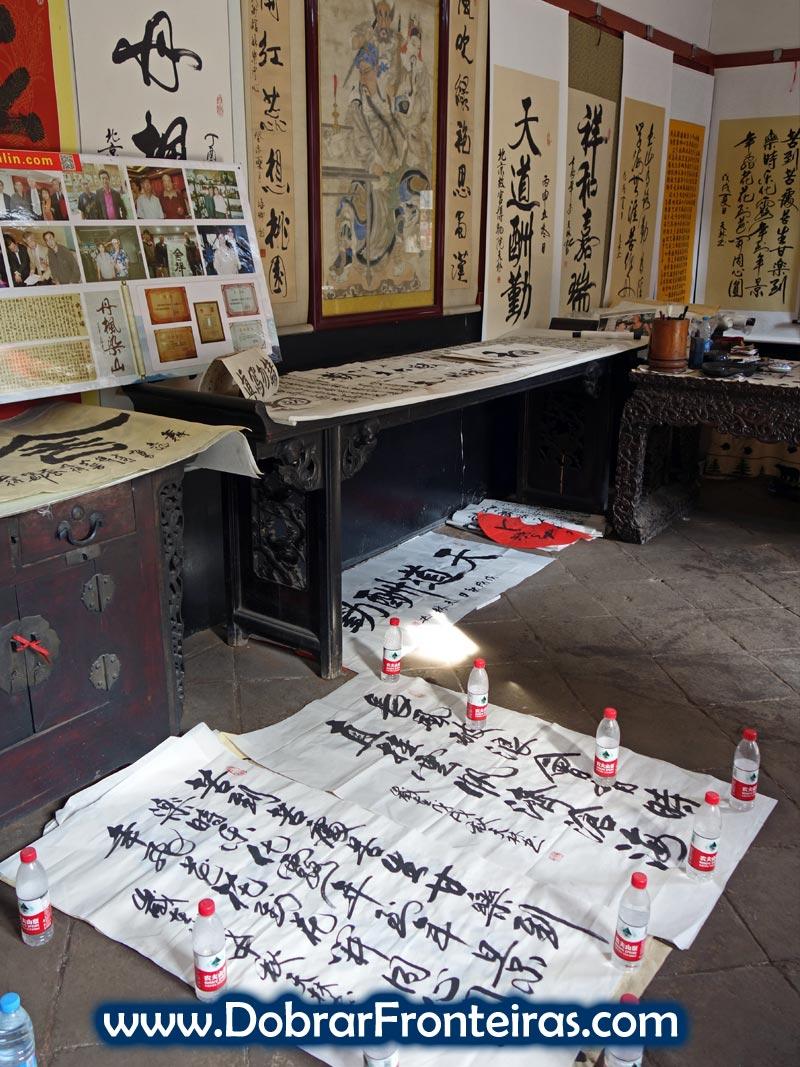 Escrita em caracteres chineses no Museu de Artes Marciais.