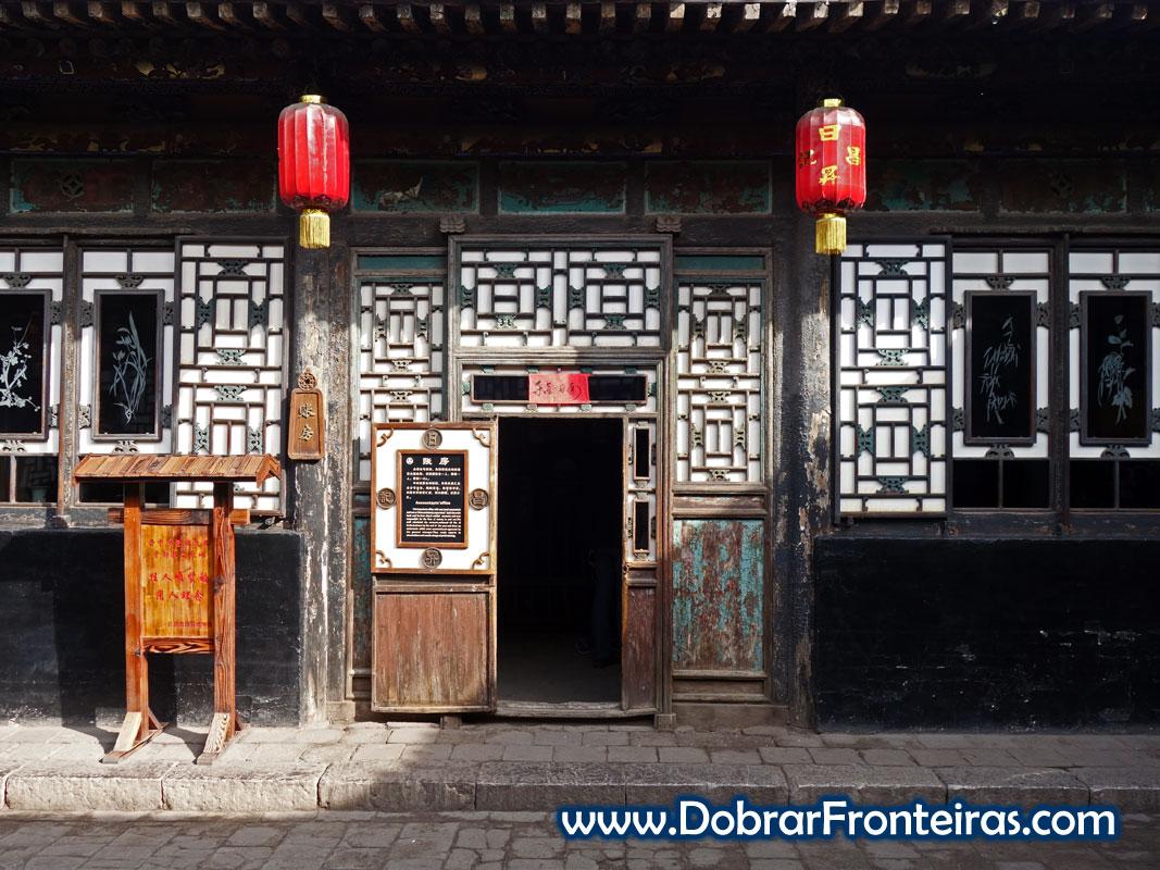 Porta no Museu do Banco Rishengchang. Construção tradicional chinesa.