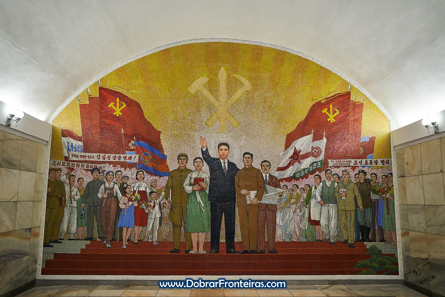 Mural de mosaico na estação de Ponghwa, Pyongyang alusivo ao  Partido dos Trabalhadores da Coreia com o presidente Kim-Il-Sung ao centro