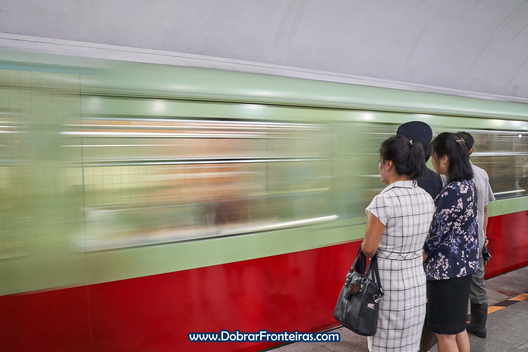 Longa exposição com mulheres a aguardar comboio no metro de Pyongyang