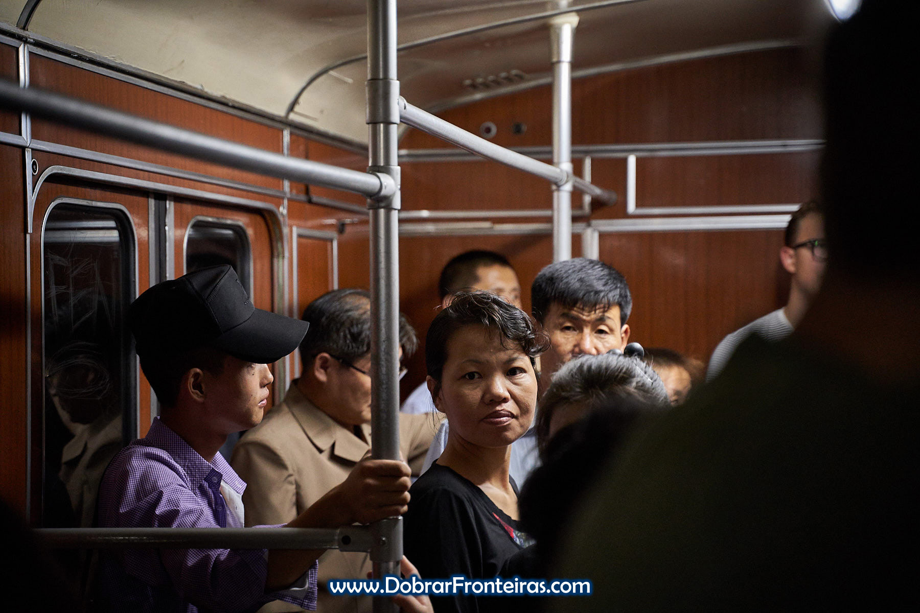 Passageiro no metropolitano de Pyongyang, Coreia do Norte