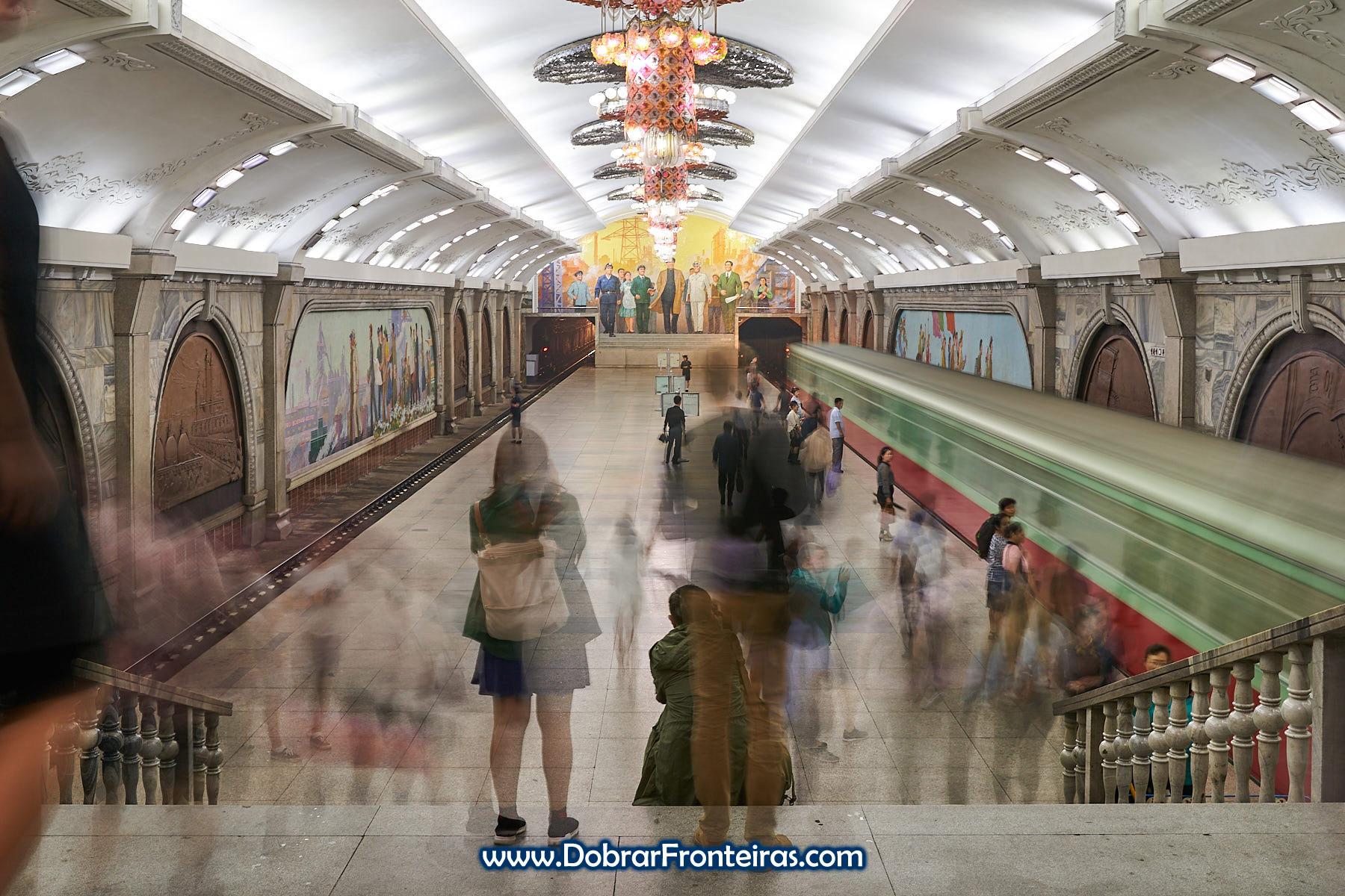 Estação de metro de Pyongyang longa exposição