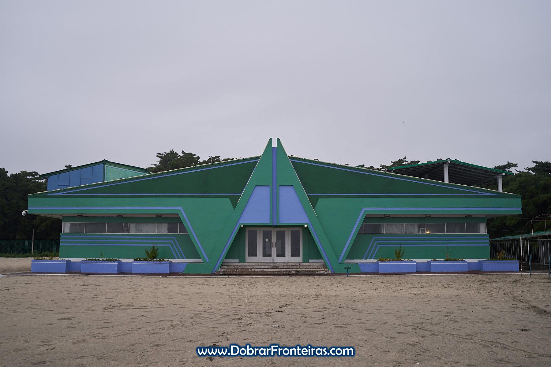 Edificio verde de arquitectura soviética na praia em Wonsan na Coreia do Norte