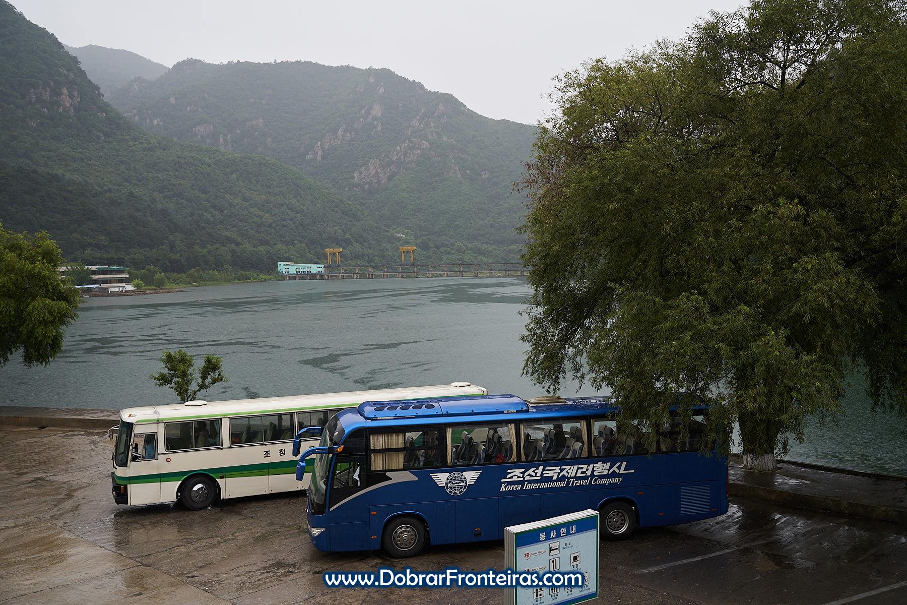 Autocarro azul da KITC numa estação de serviço na Coreia do Norte