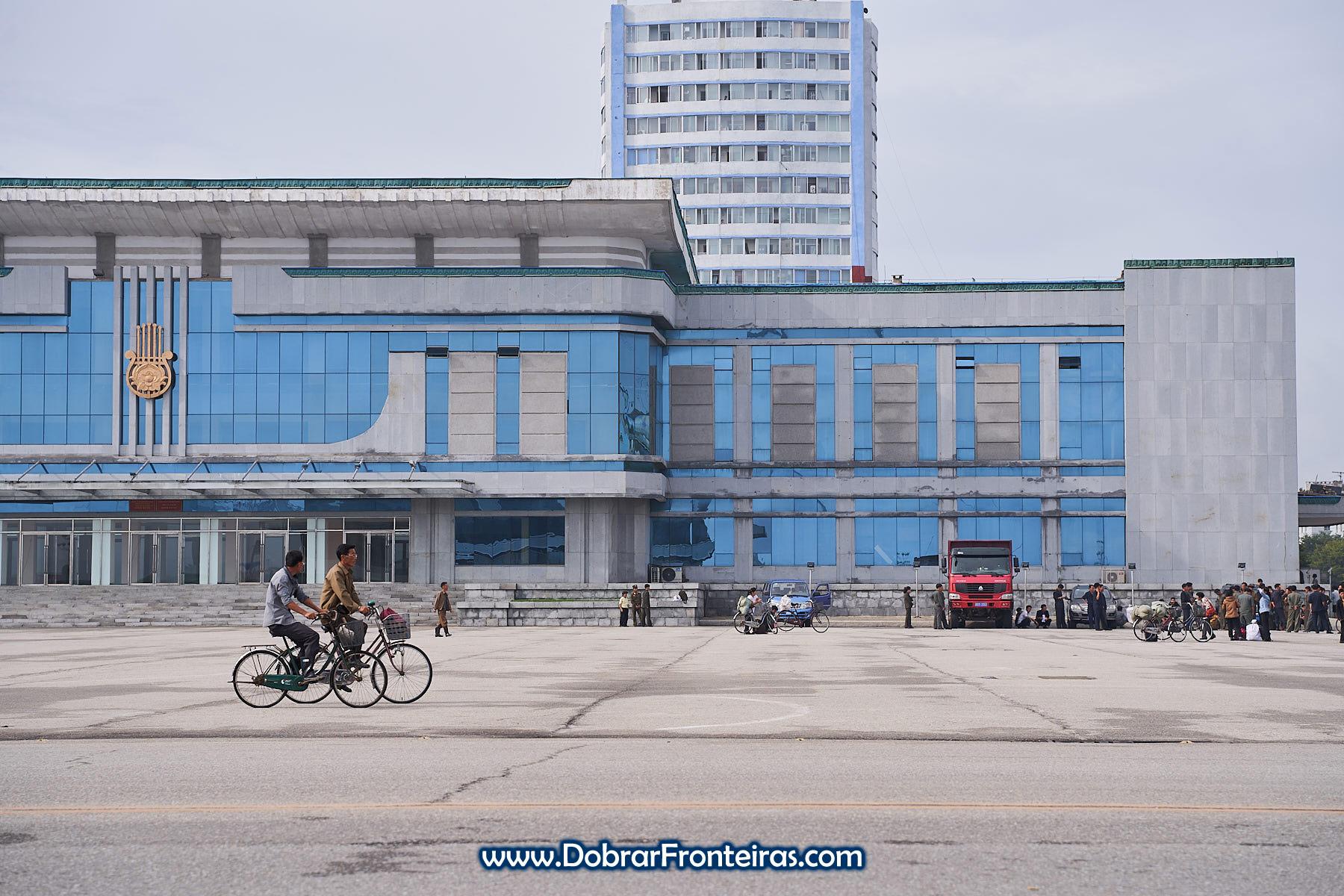 Homens de bicicleta na Coreia do Norte
