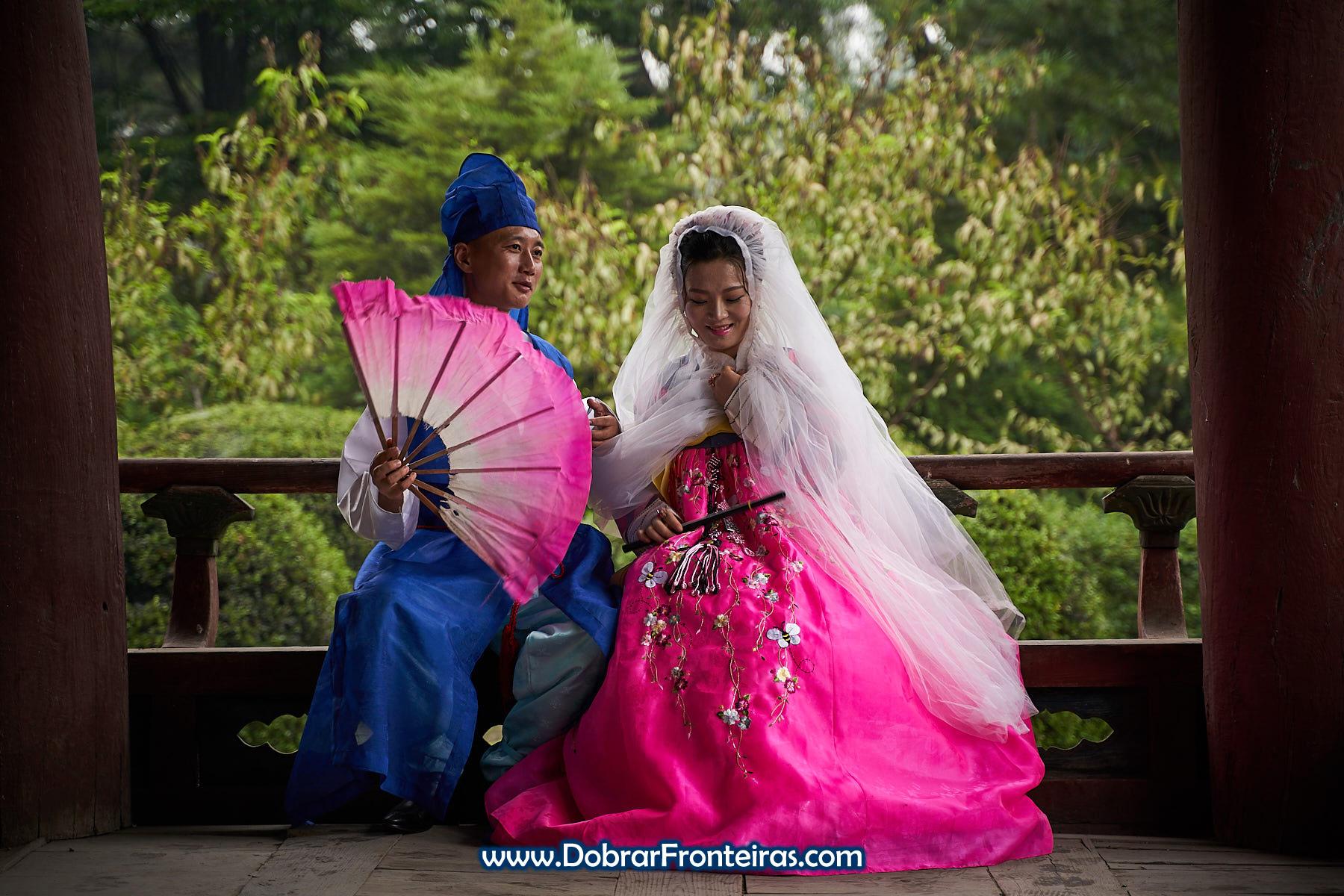 Casal de noivos com roupa tradicional da Coreia do Norte
