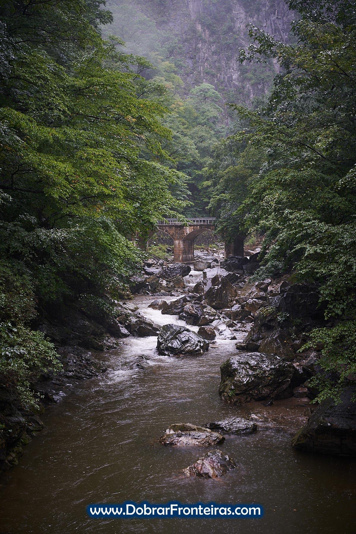 Ponte e rio na montanha, Coreia do Norte