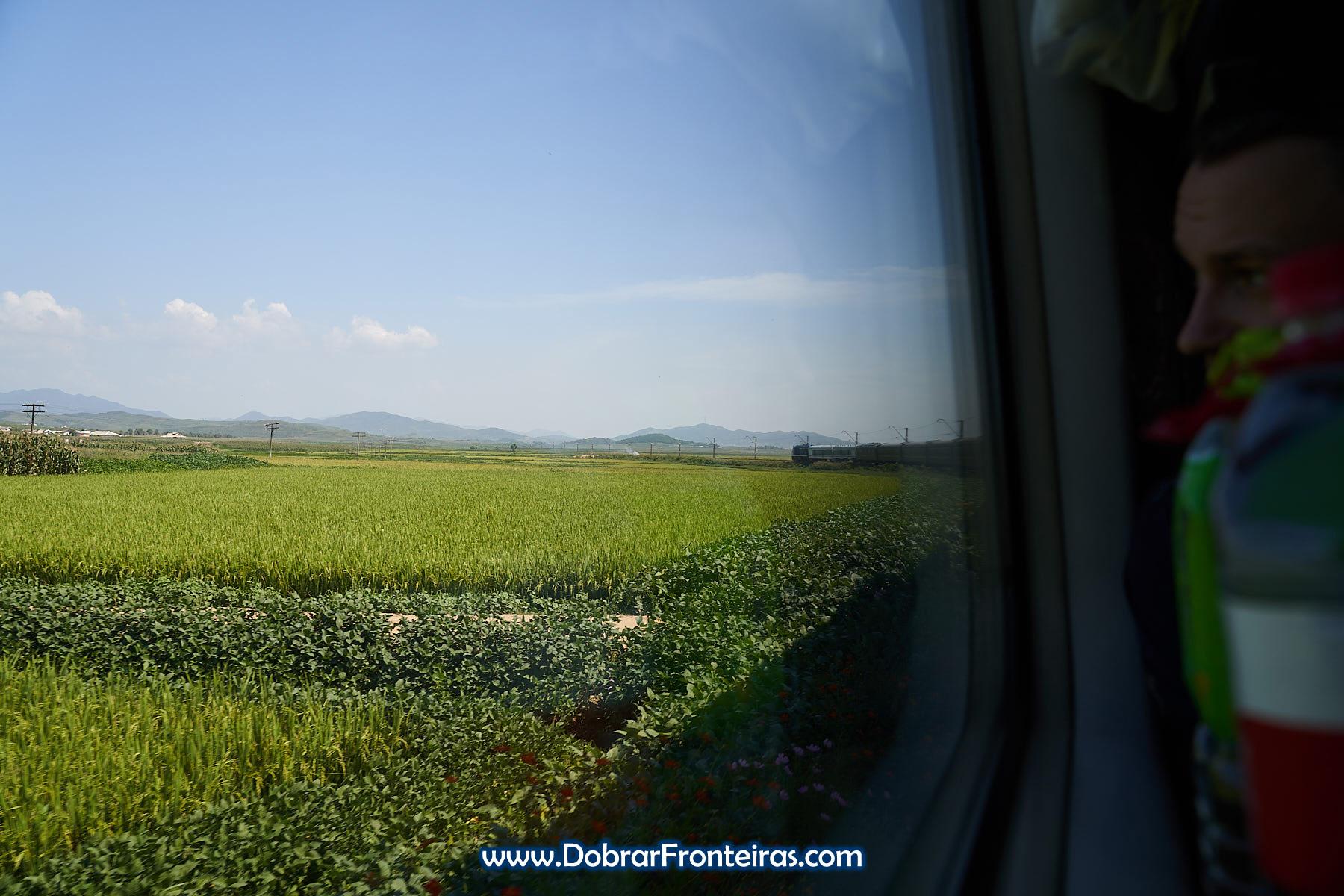 vista à janela de comboio na Coreia do Norte