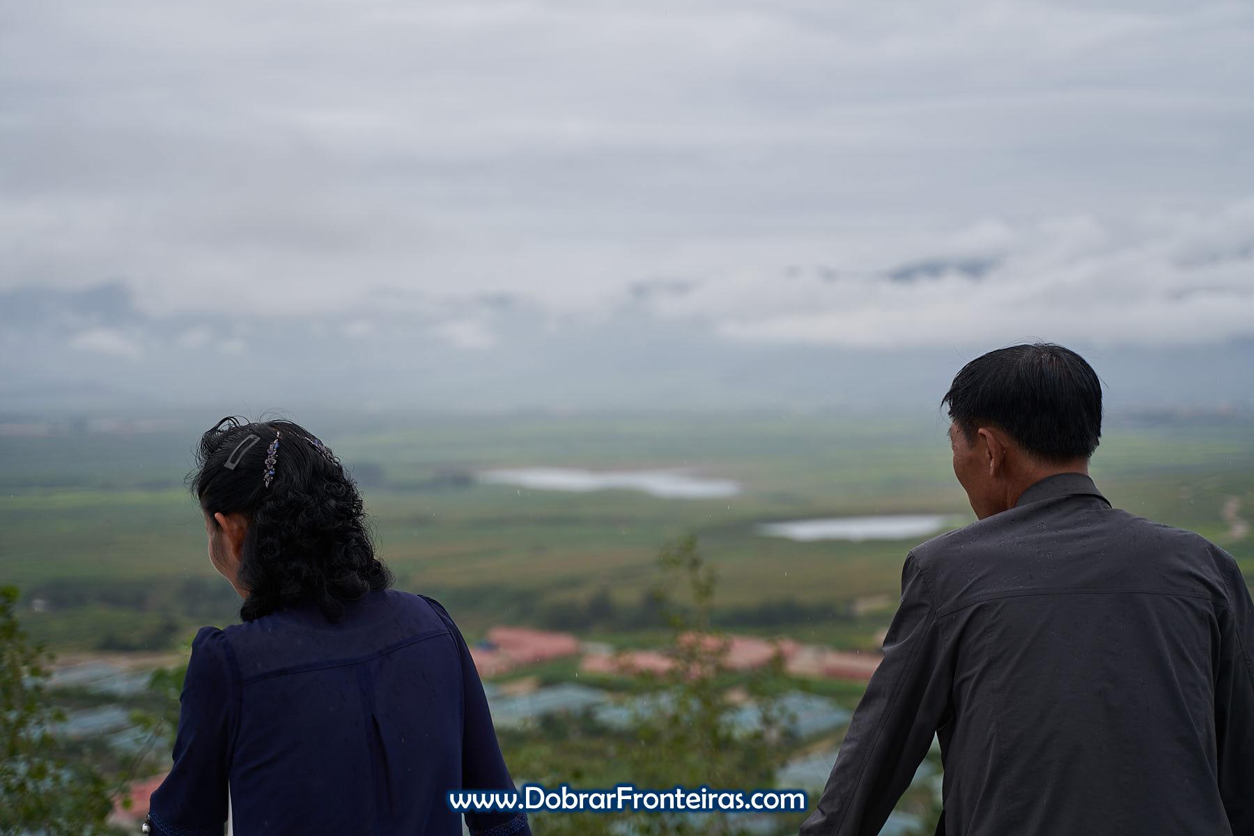 Norte coreanos a observar a paisagem em miradouro