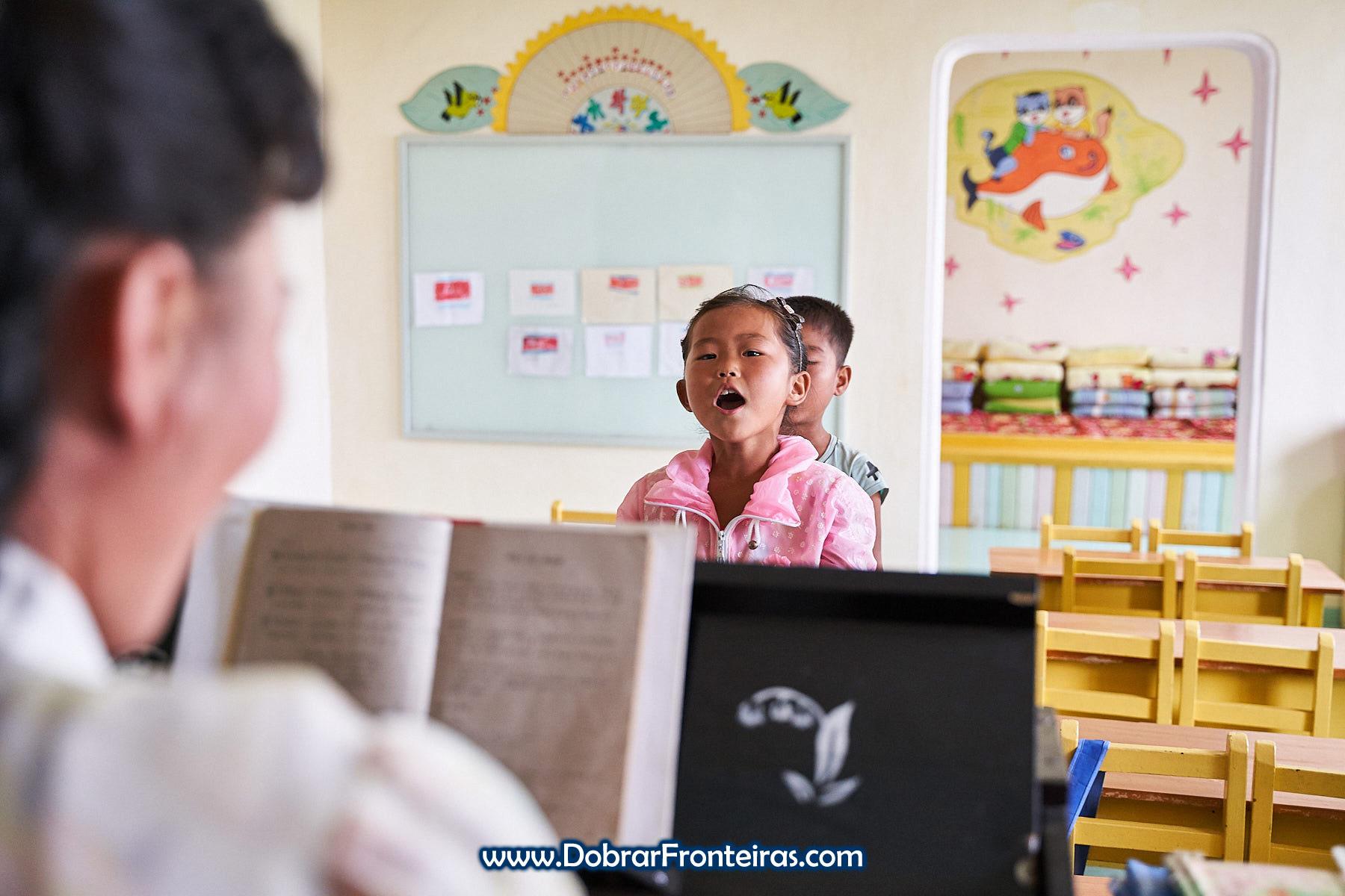 Criança a cantar em jardim de infância na Coreia do Norte
