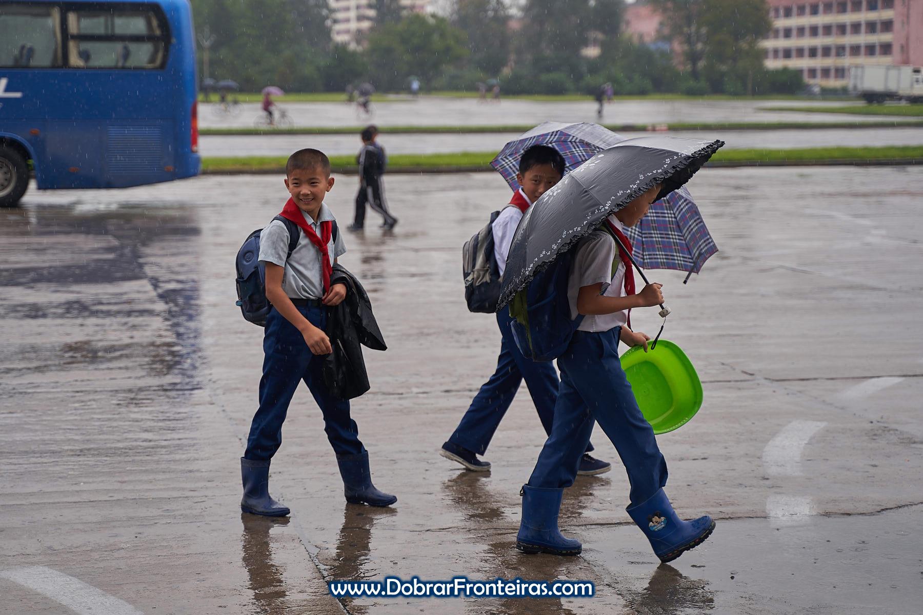 Crianças em dia de chuva na Coreia do Norte