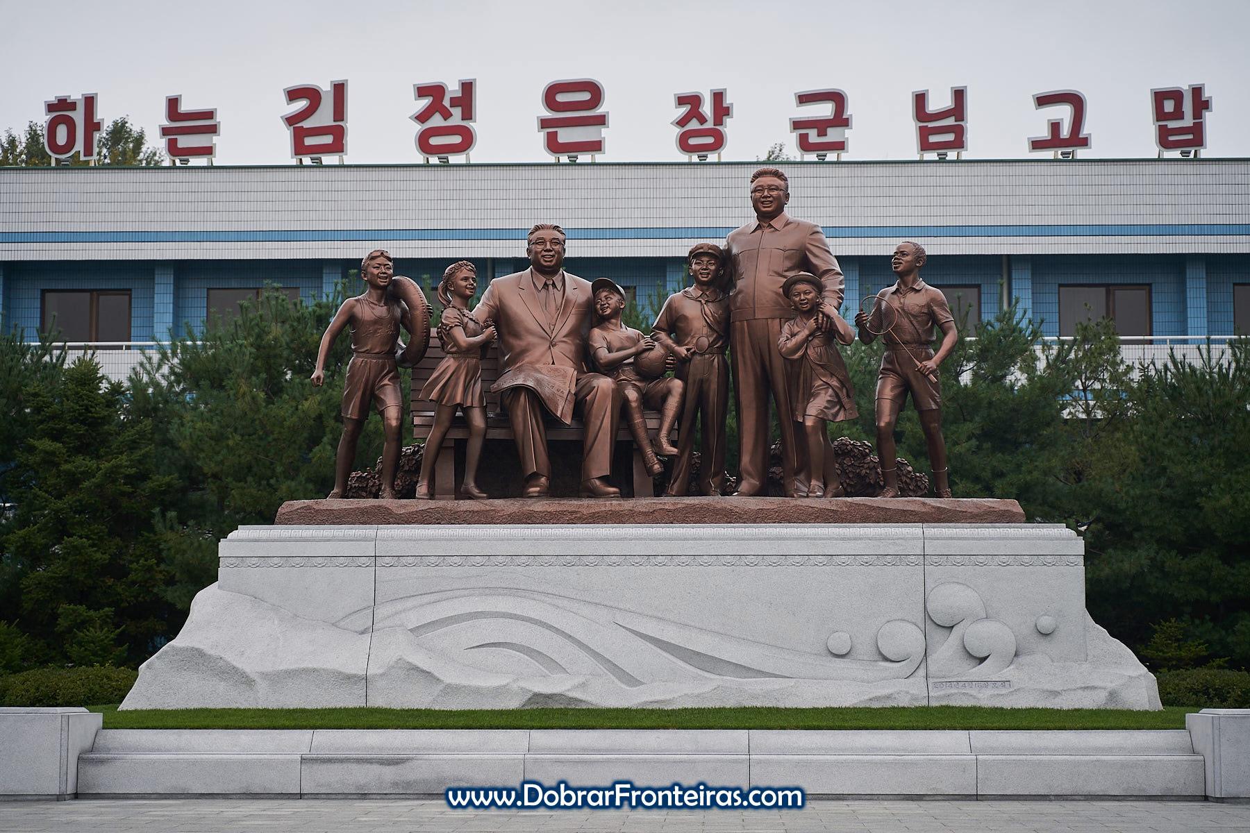 Estátua dos líderes da Coreia do Norte com crianças