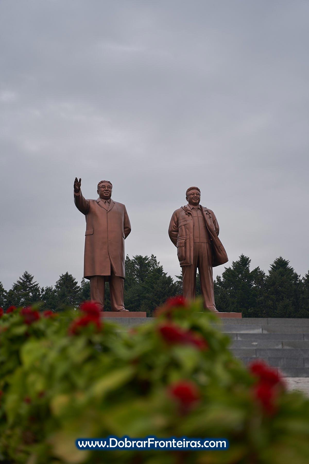 Estátuas dos grandes líderes Kim-Il-Sung e Kim Jung-Il na cidade de Hamhung, Coreia do Norte