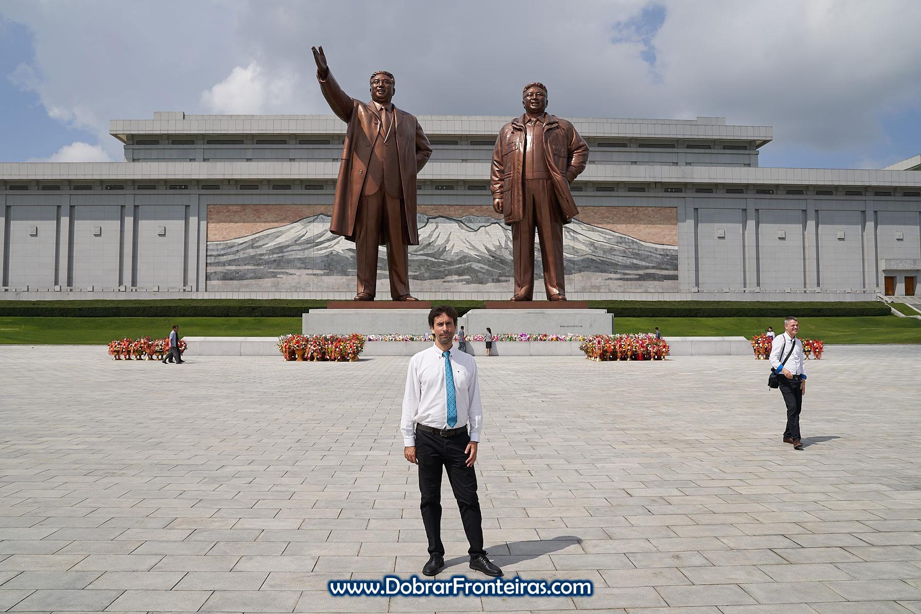 Estátuas de Kim Il Sung e Kim Jung Il em Pyongyang