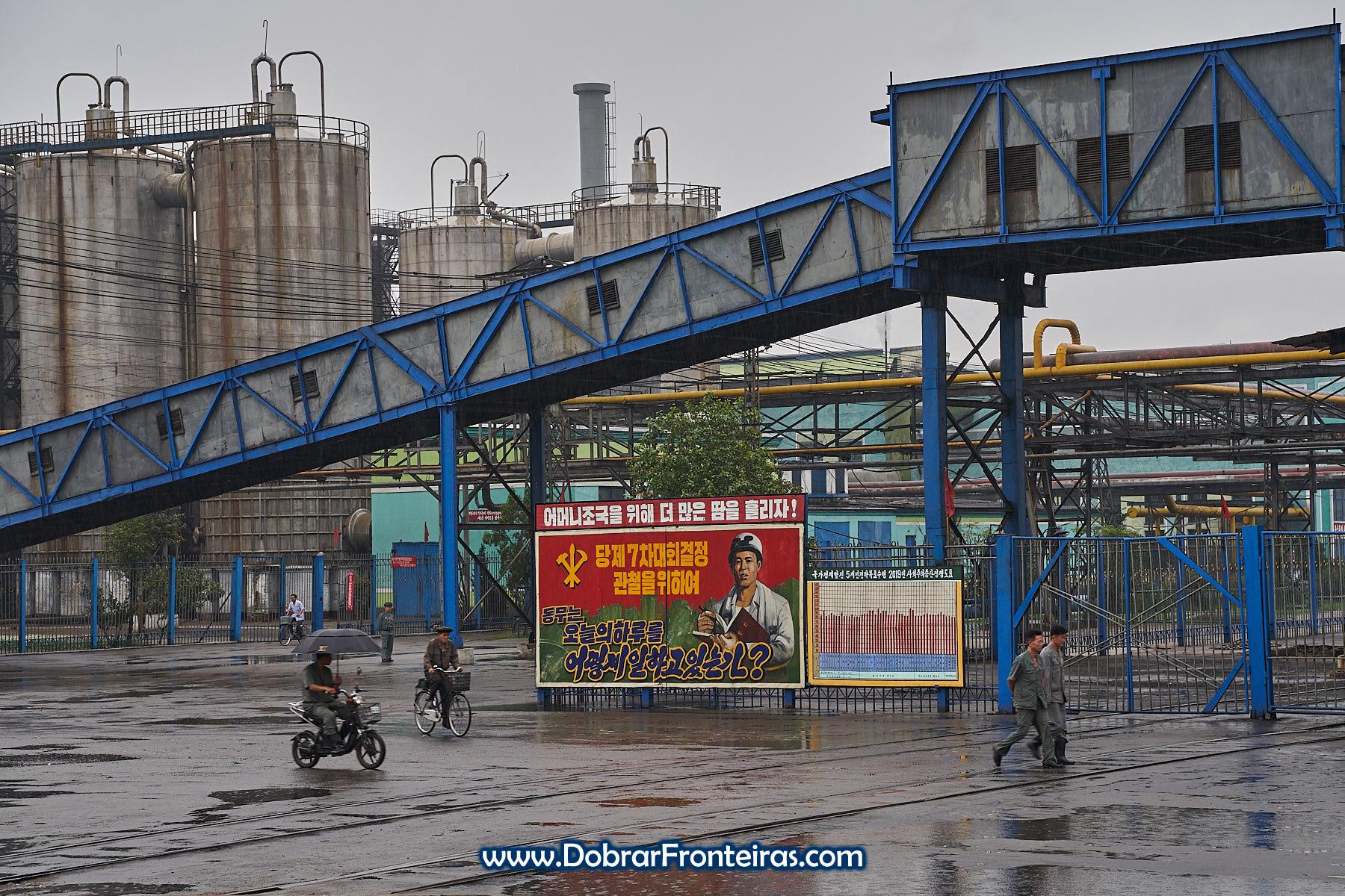 trabalhadores de bicicleta em industria de fertilizantes na Coreia do Norte