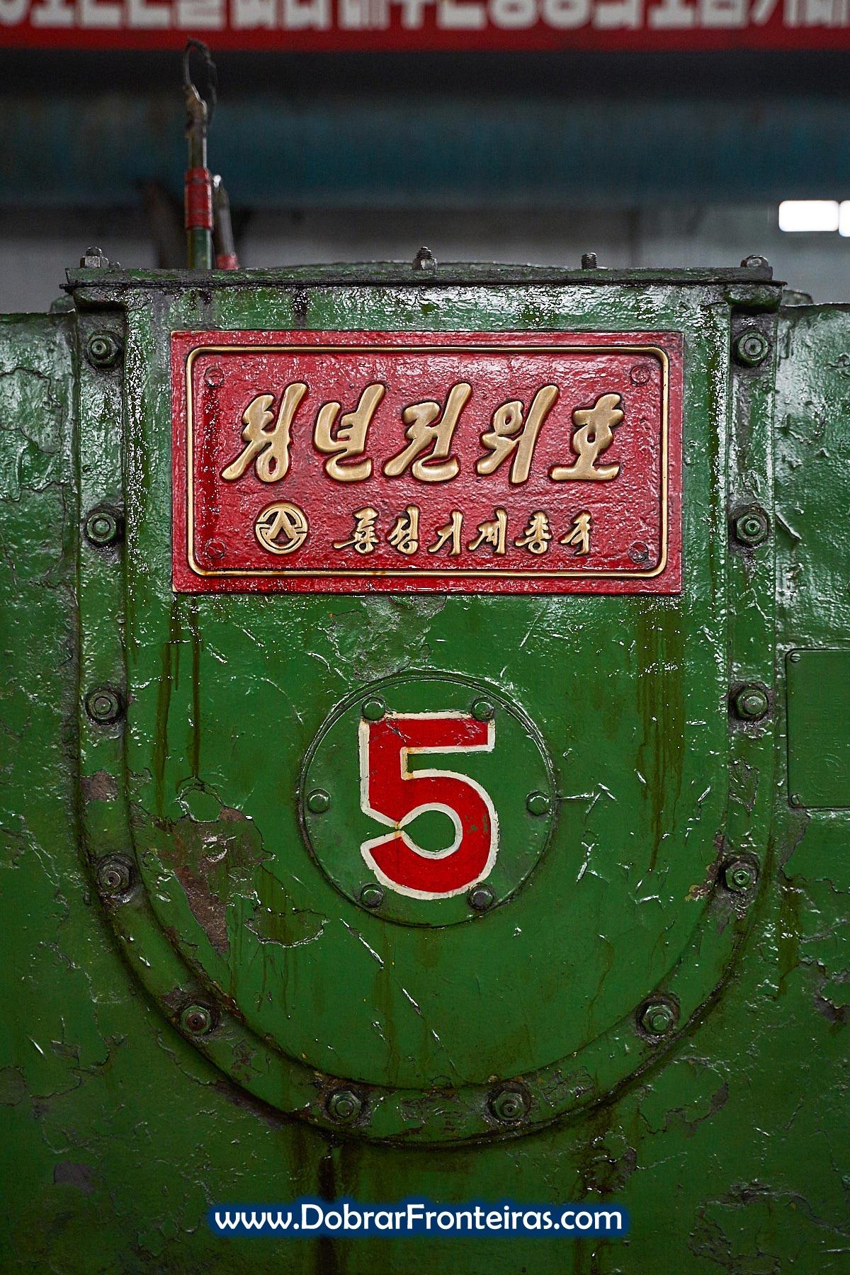 detalhe com número 5 em máquina verde em fábrica na Coreia do Norte