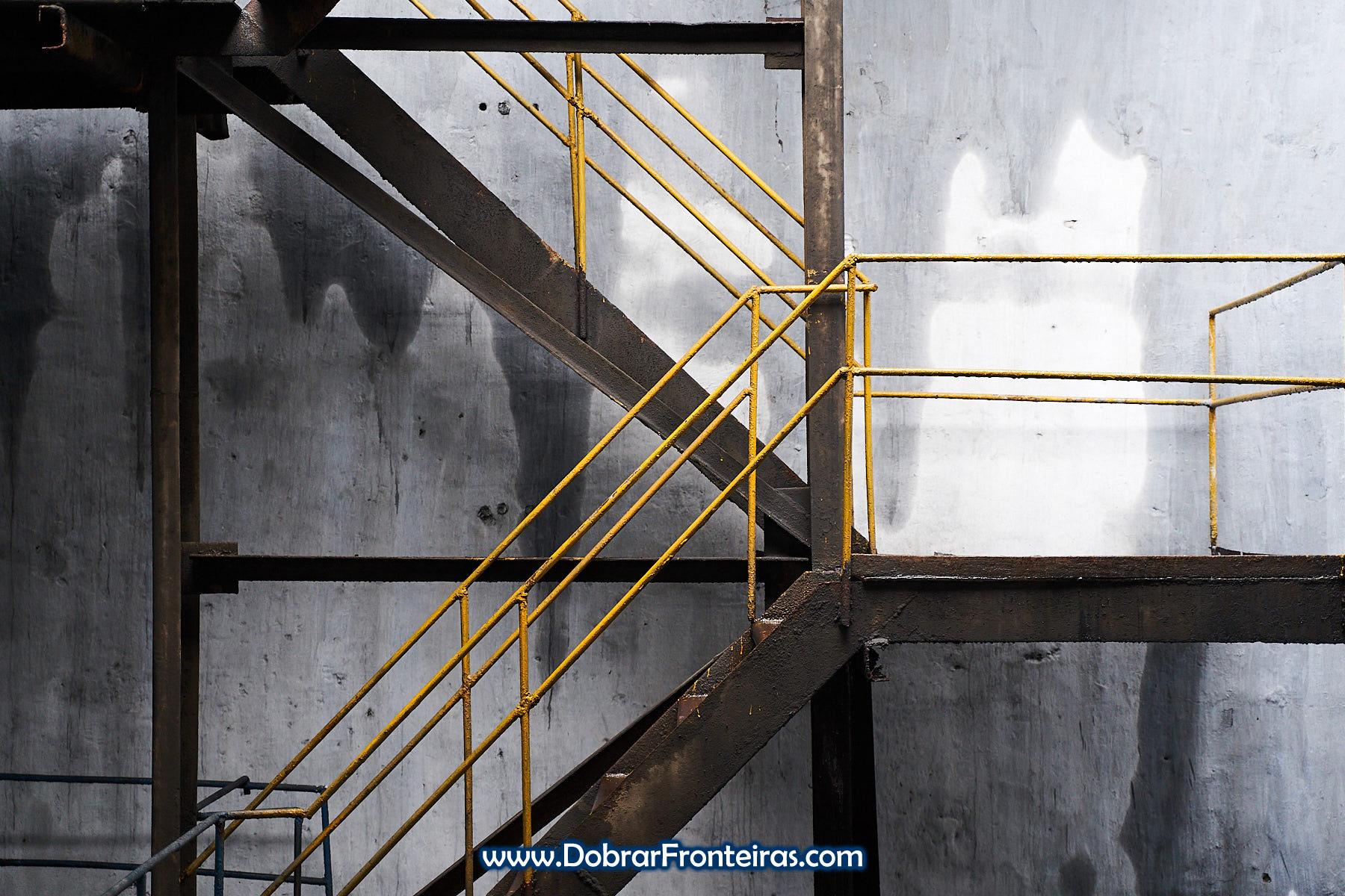 Escada com corrimão amarelo