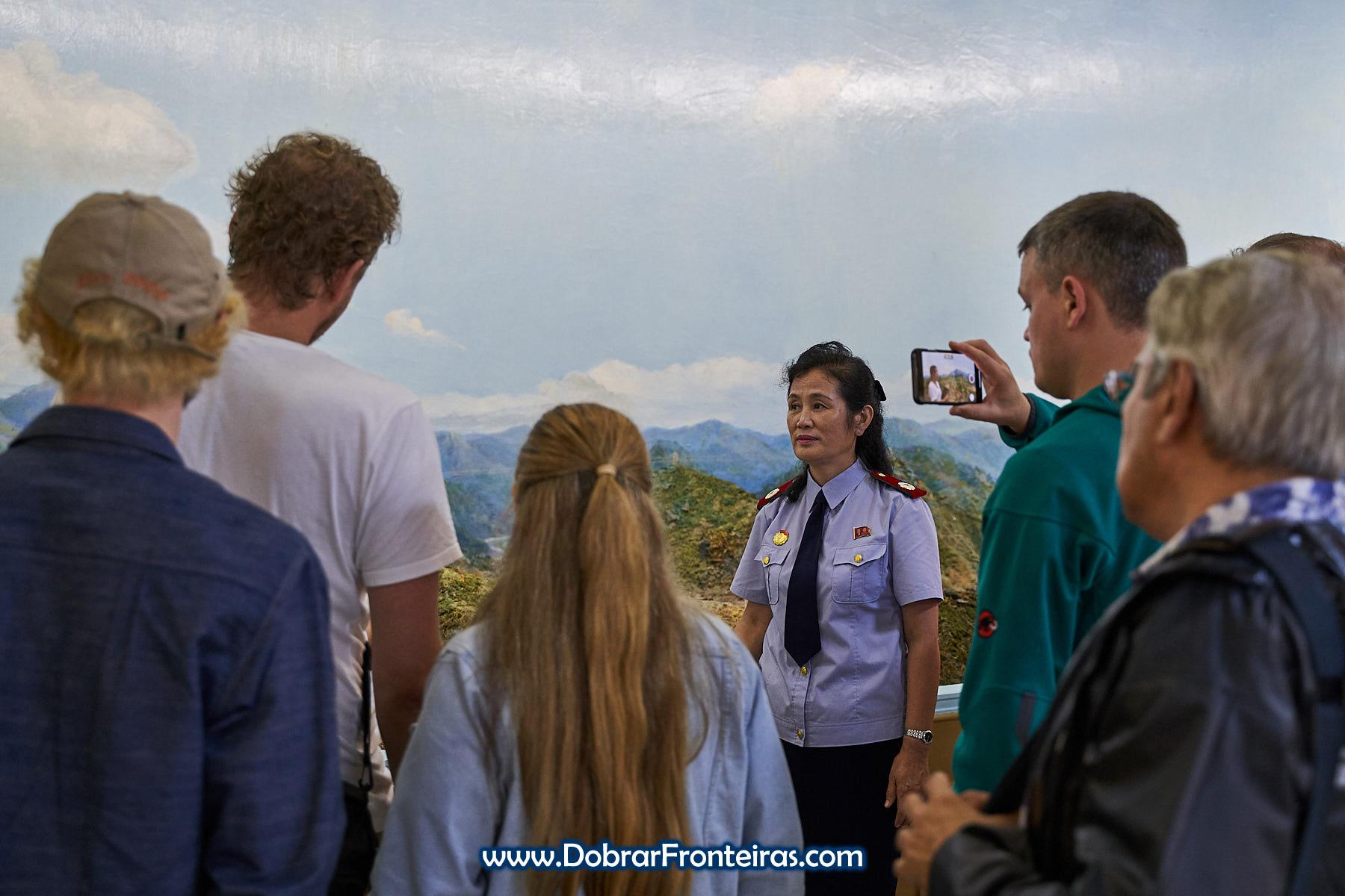 Guia e grupo no museu ferroviário de Pyongyang
