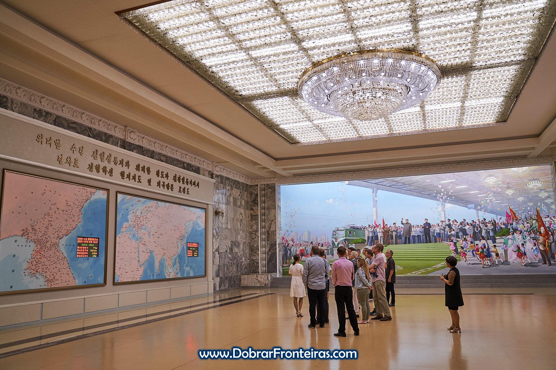 Mapas no museu ferroviário de Pyongyang