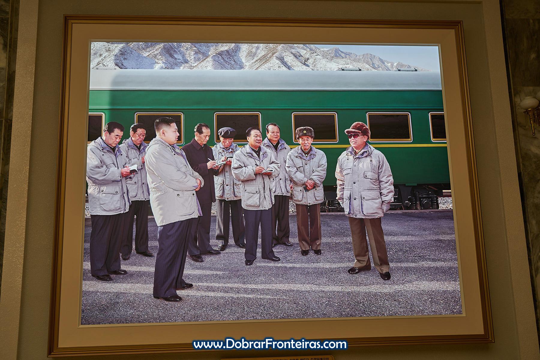Fotografia de Kim Jung-Il e Kim Jung-Un junto de comboio
