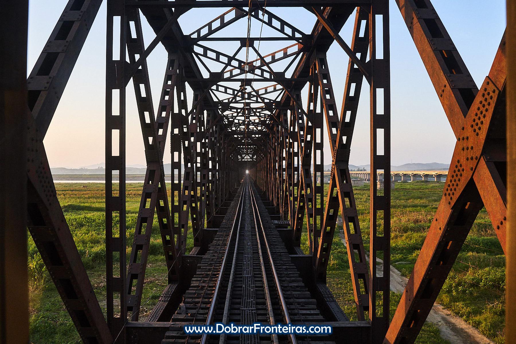 Ponte metálica ferroviária na Coreia do Norte