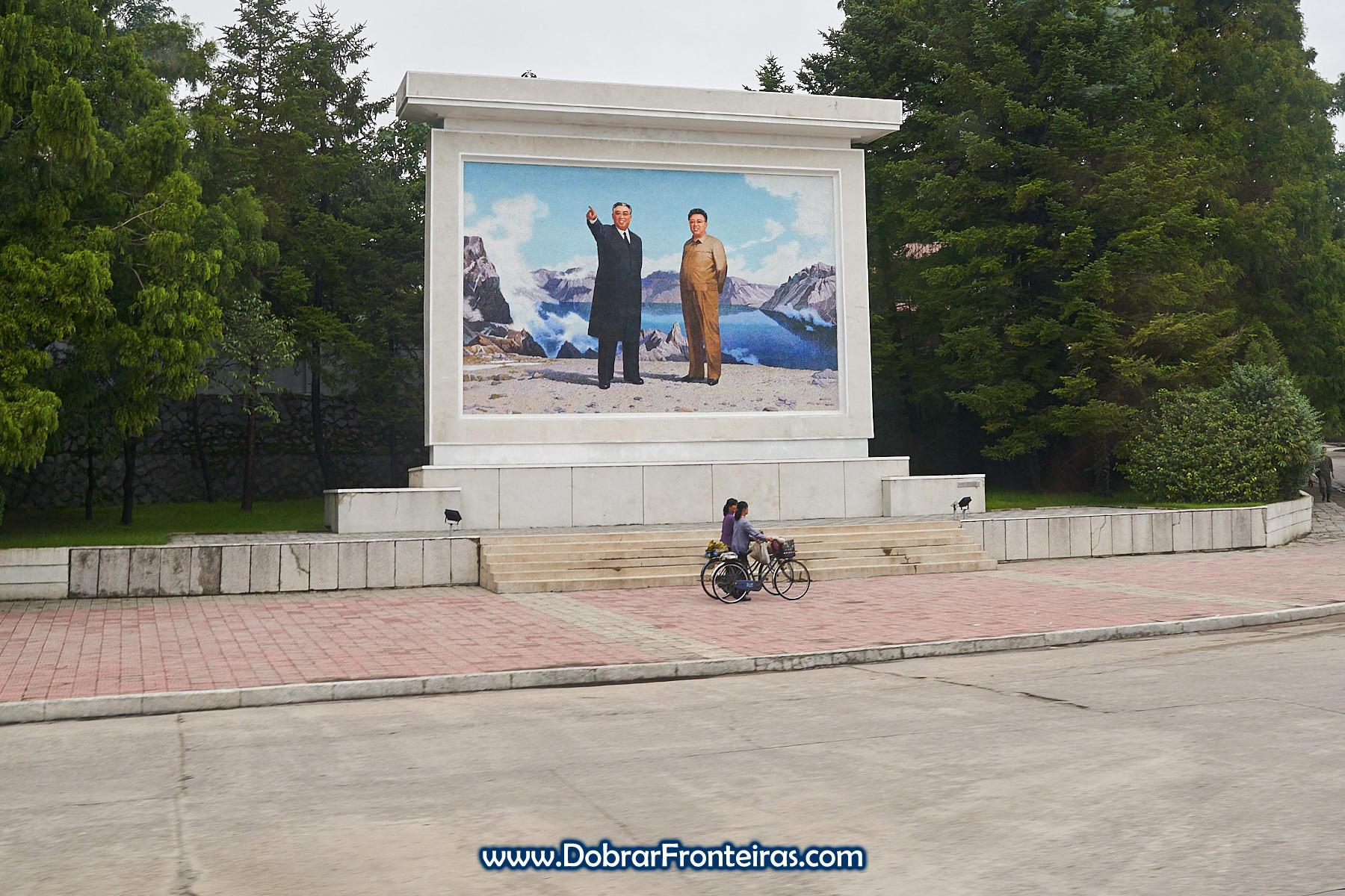 Mosaico com os grandes líderes em Wonsan