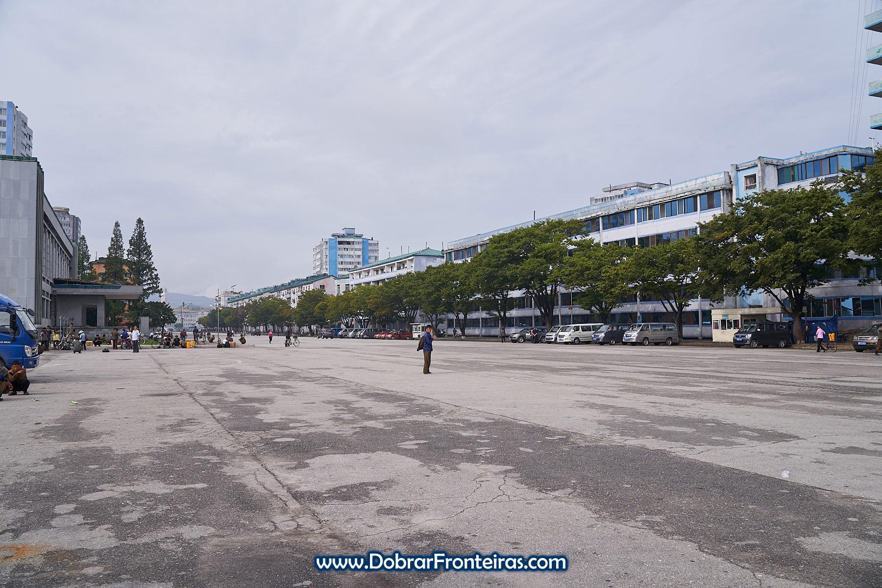 Homem numa rua da cidade de Wonsan na Coreia do Norte
