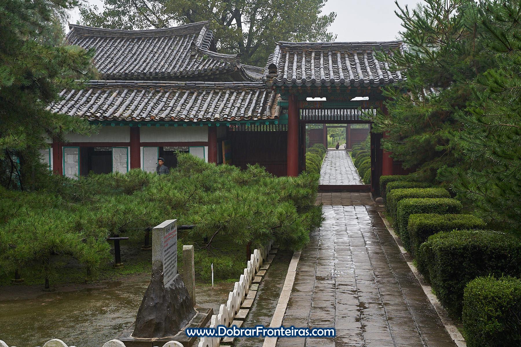 Edifício antigo na Coreia do Norte em dia de chuva