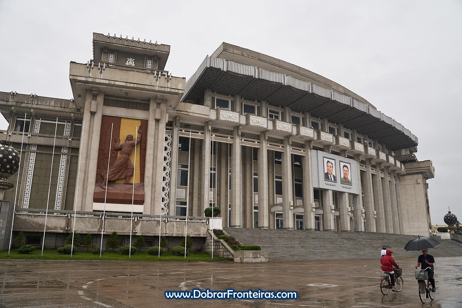 fachada do Grande Teatro de Hamhung