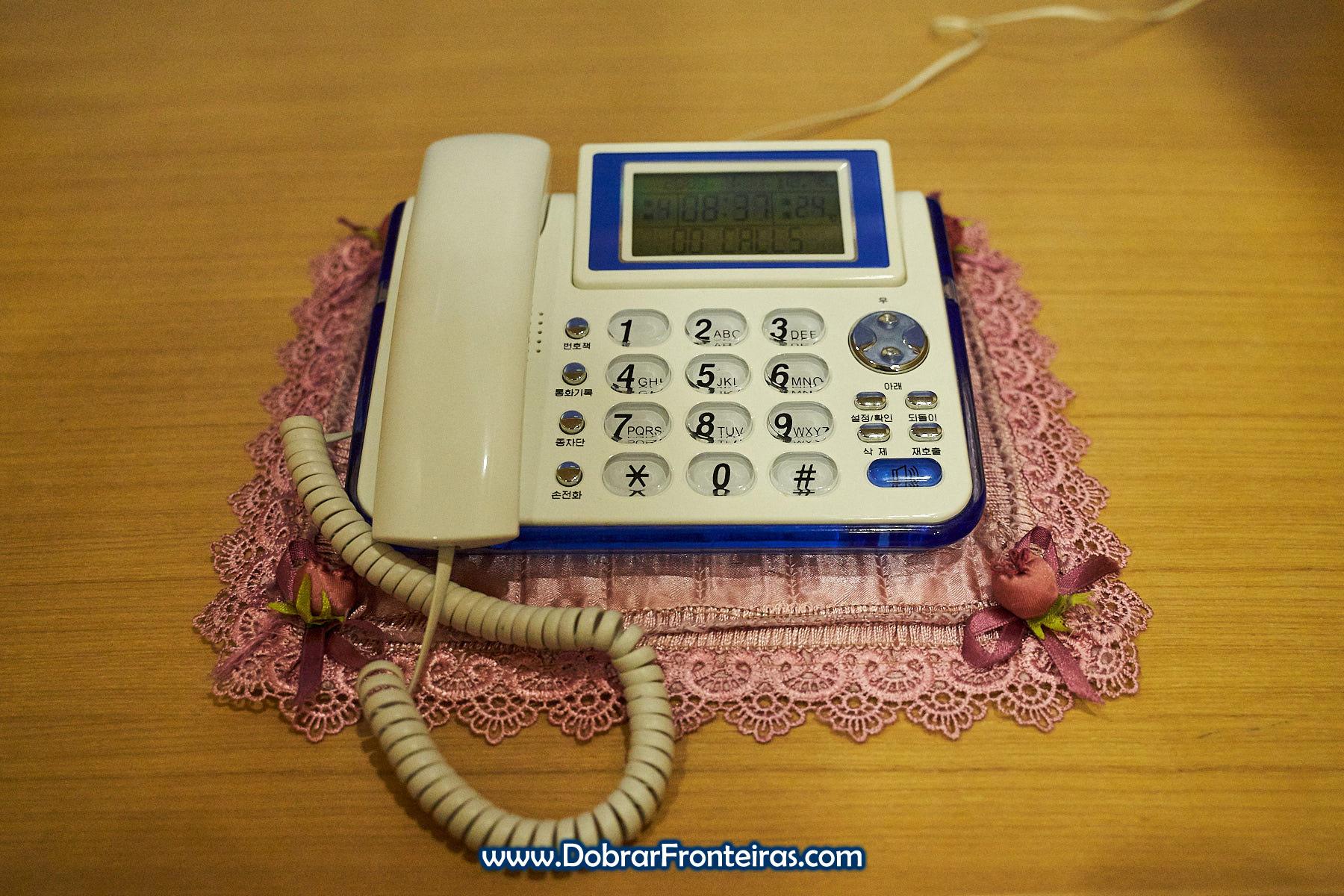 telefone sobre naperon no ohel Koyo em Pyongyang