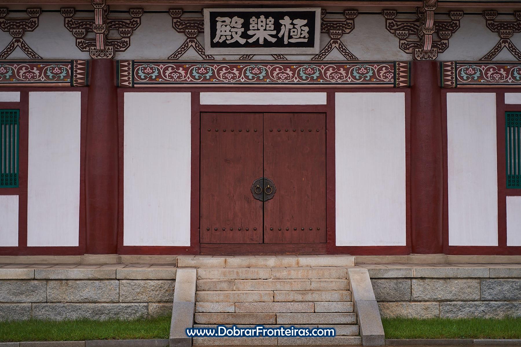 Porta vermelha de templo budista
