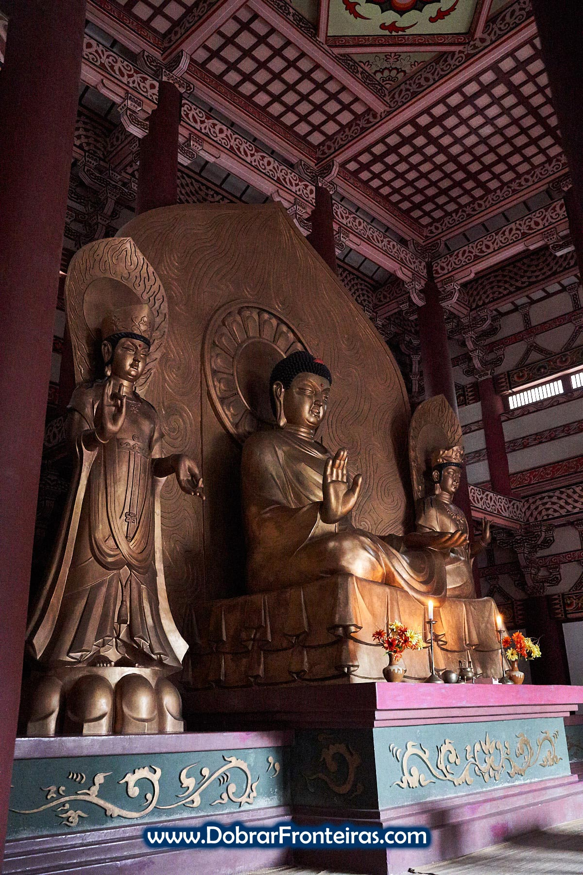 Estátua de Buda em templo na Coreia do Norte