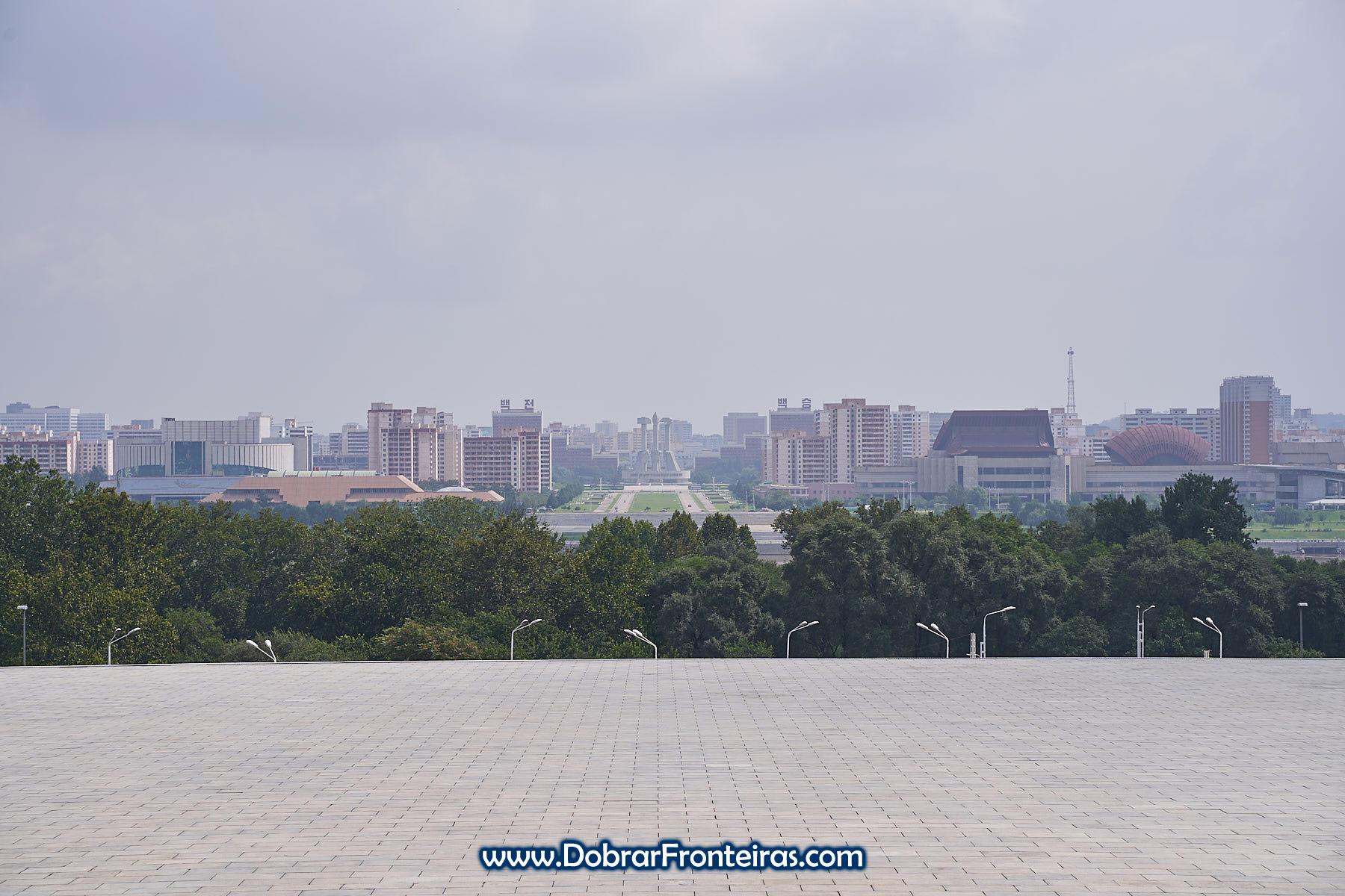 Vista para o monumento do Partido dos Trabalhadores da Coreia