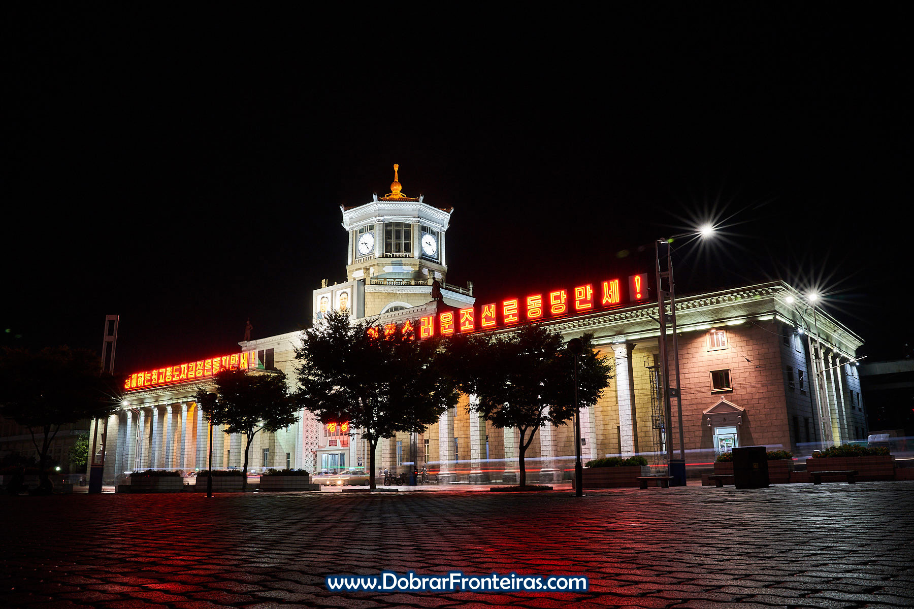fotografia nocturna da estação de comboios de Pyongyang