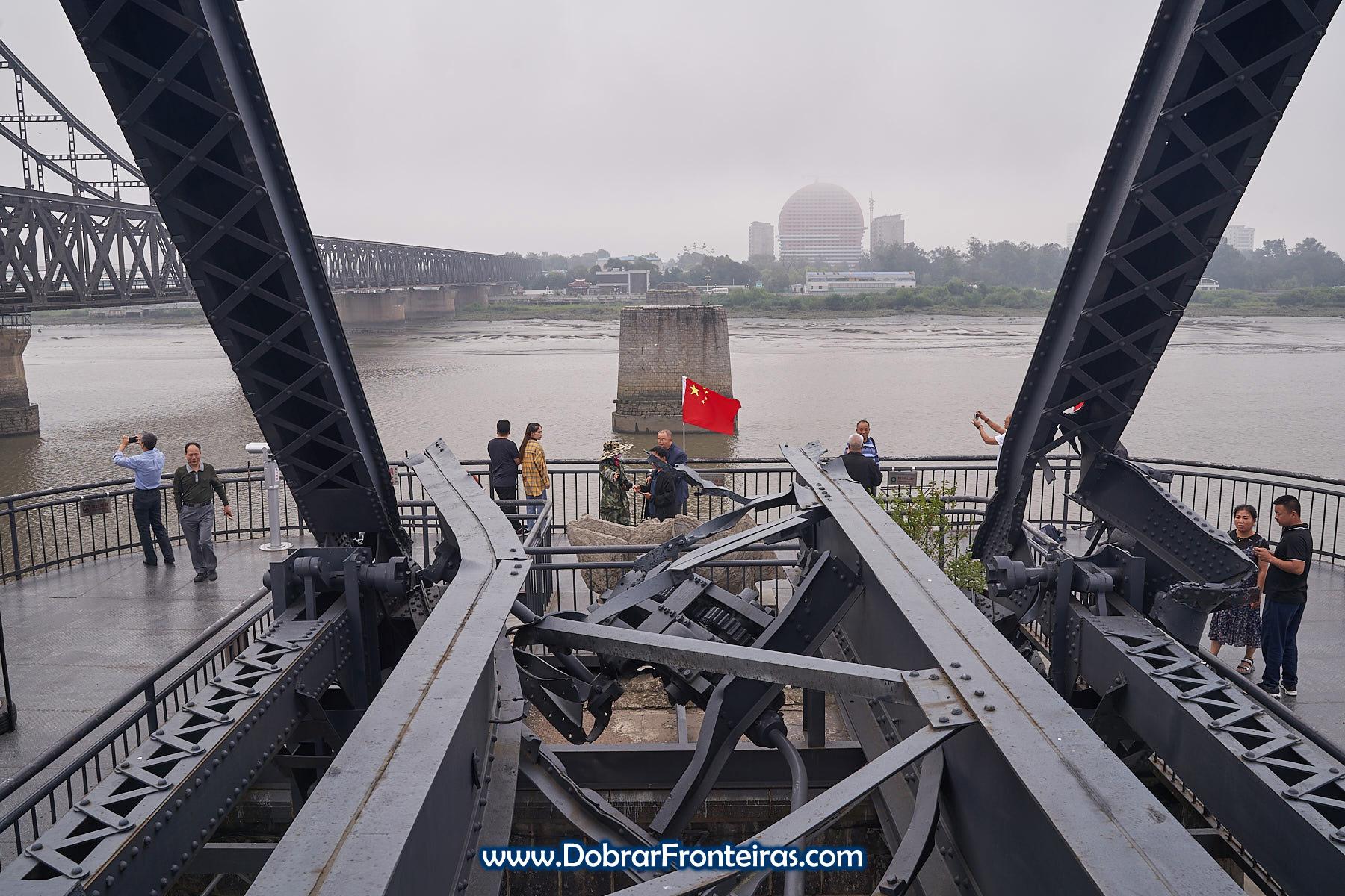 Carris retorcidos na ponde do rio Yalu em Dandong, China