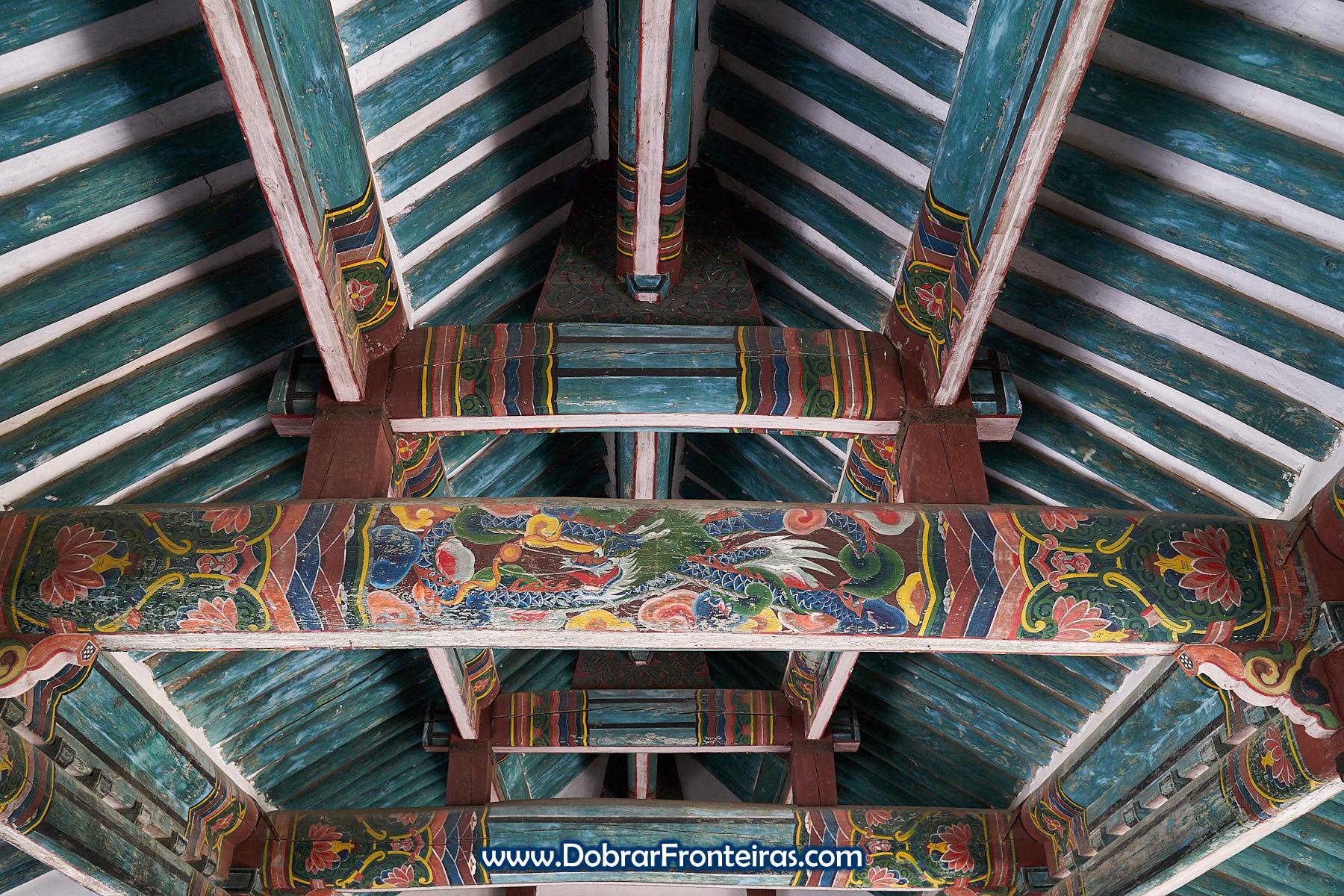 detalhe de tecto de madeira pintada