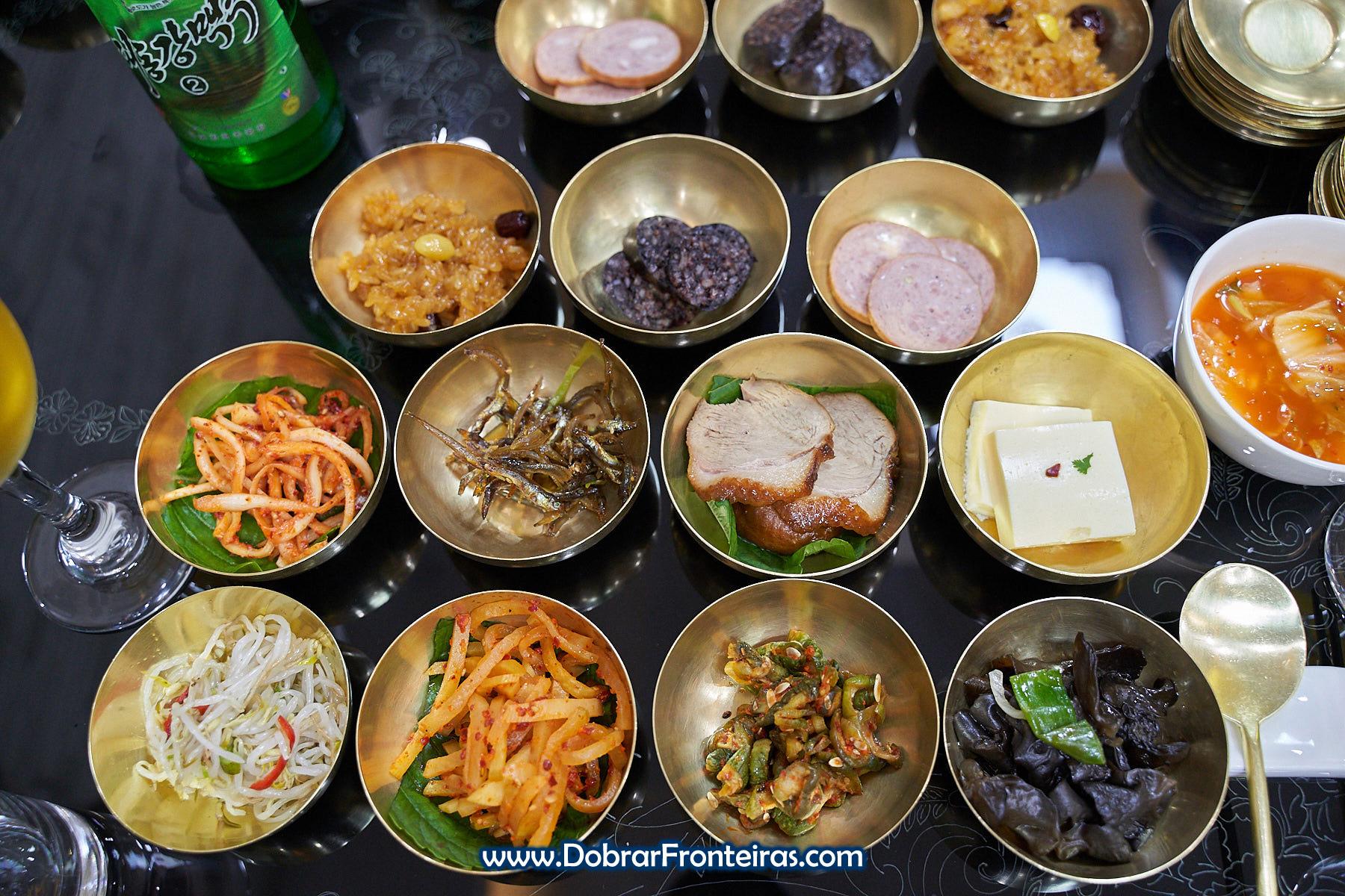 Comida típica da Coreia do Norte em taças metálicas