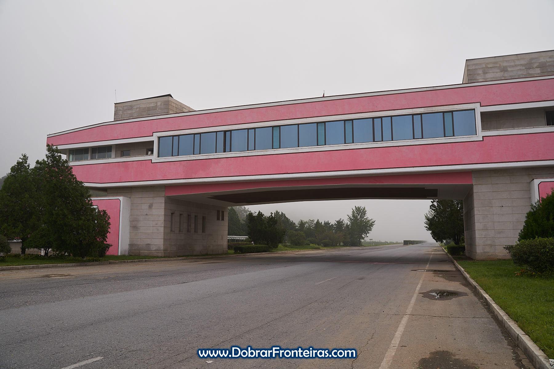 Casa de chá cor de rosa sobre autoestrada