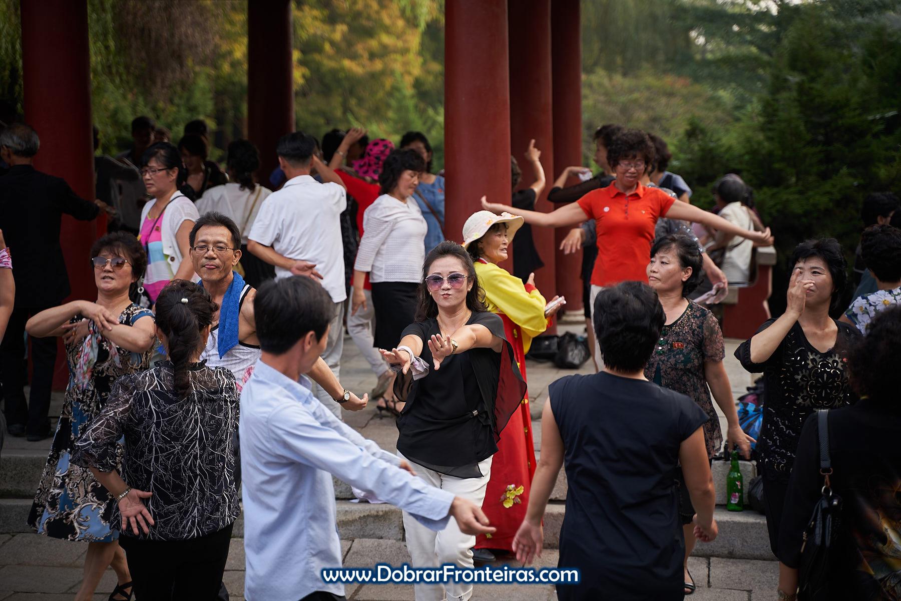 Mulher a dançar em Pyongyang