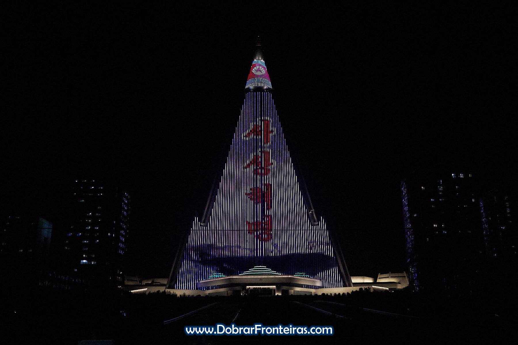 Hotel Ryugyong à noite iluminado