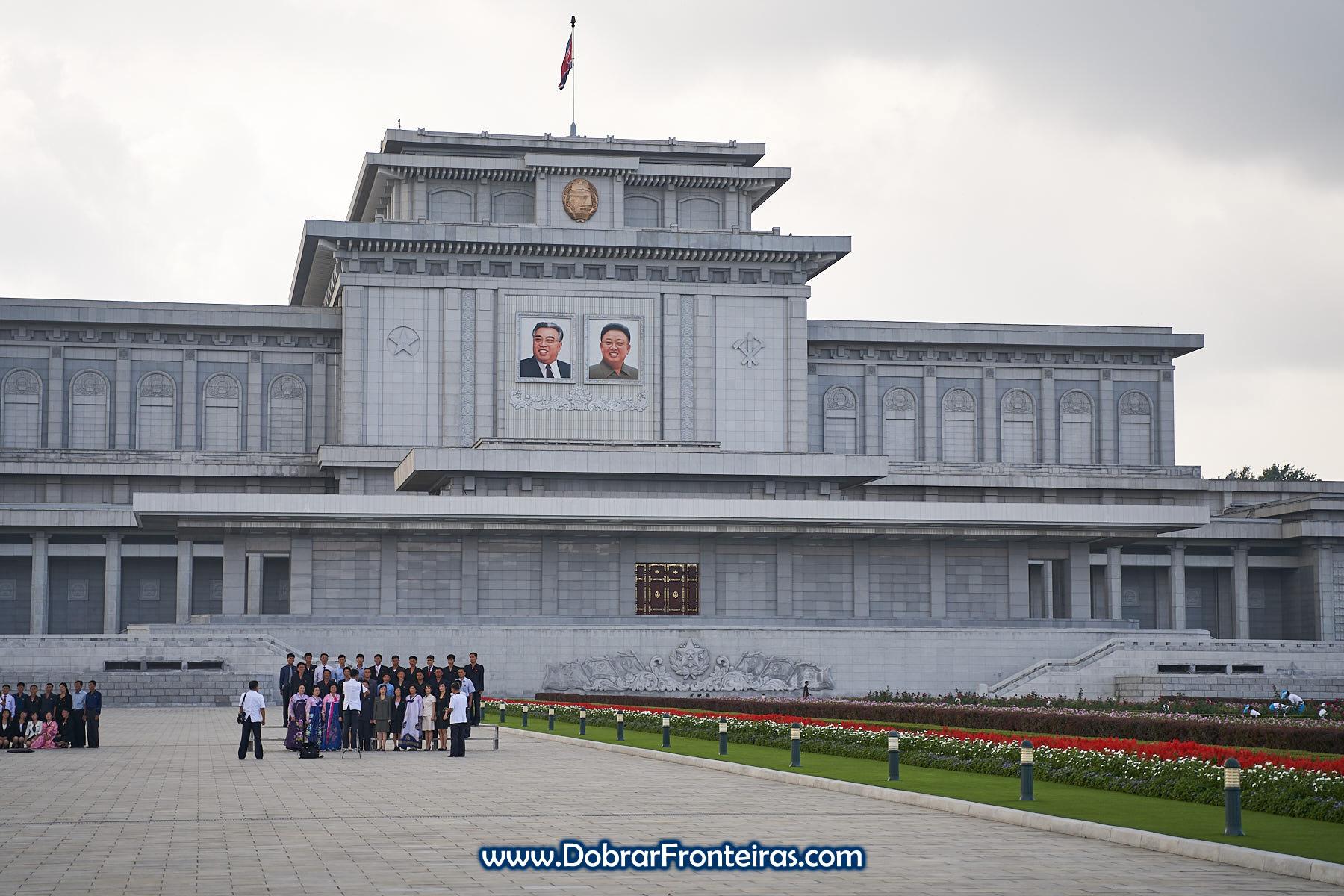 Coreanos tirando fotografia em Kumsusan, o Palácio do Sol