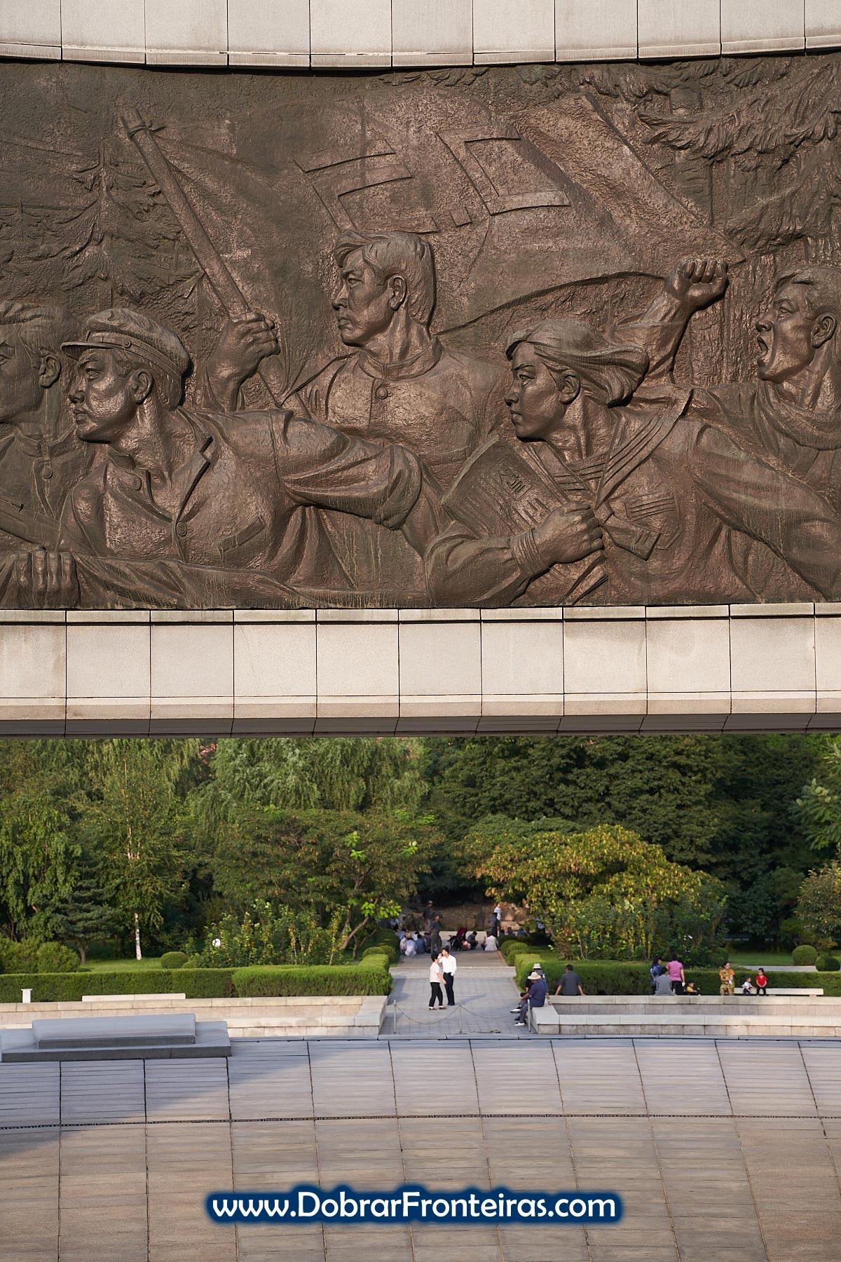 Baixo relevo no monumento do Partido dos Trabalhadores da Coreia