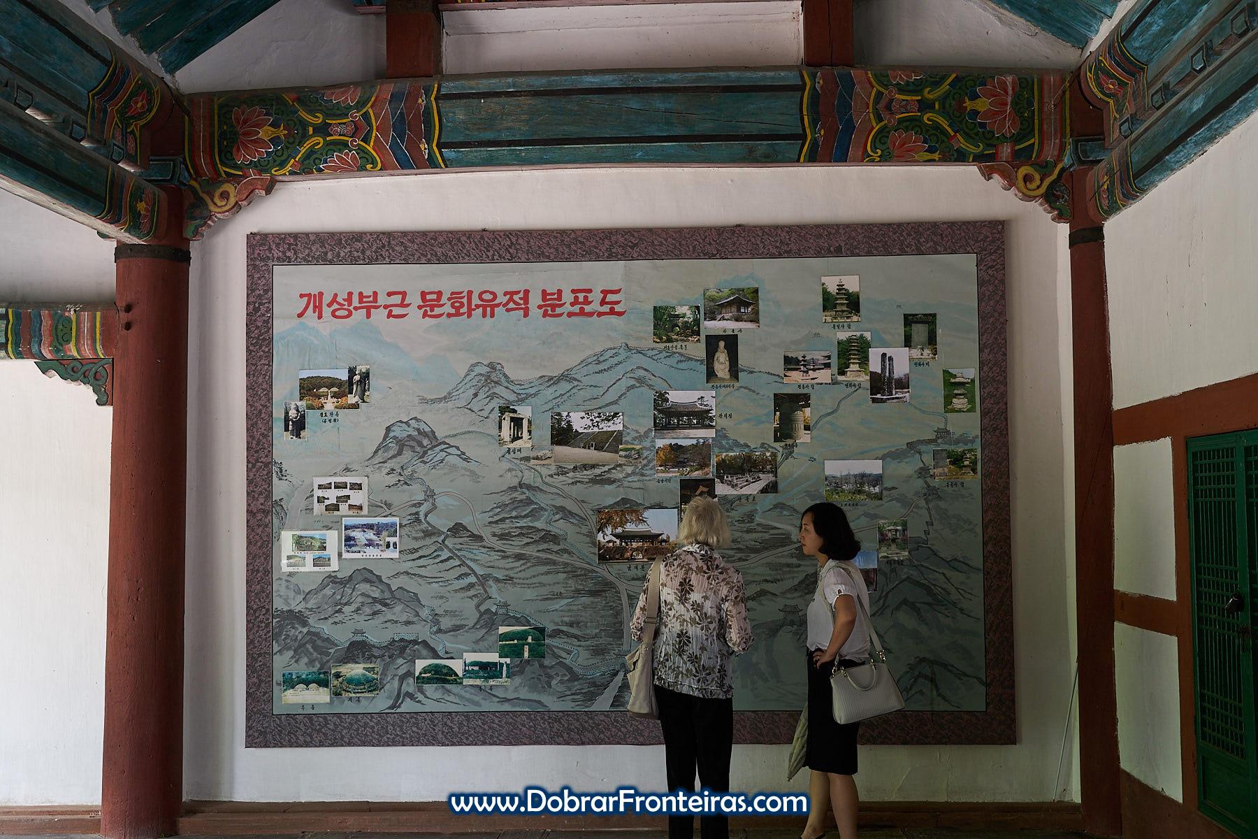 Turista e guia em vista à universidade de Kaesong