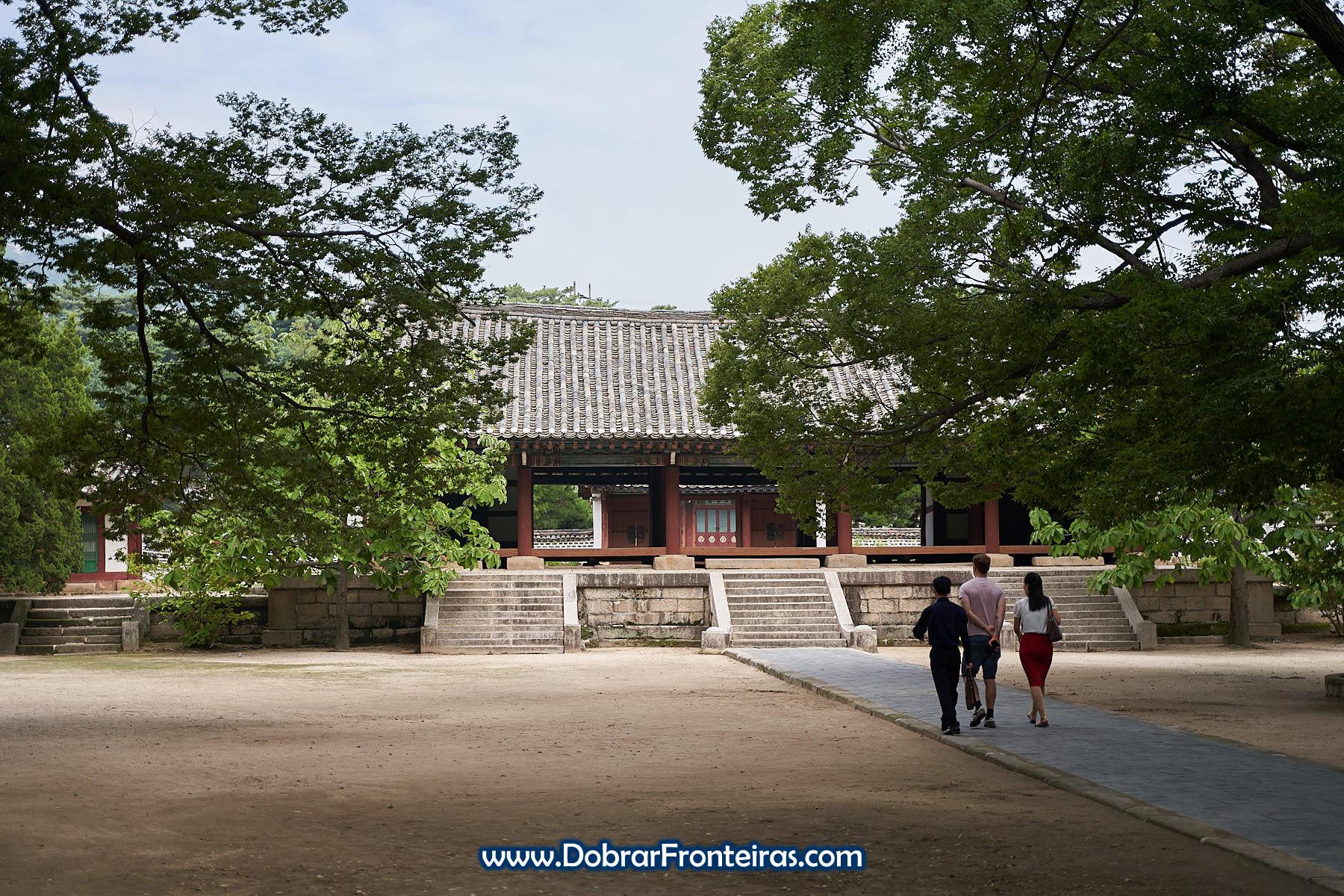 Turistas de visita à universidade de Kaesong