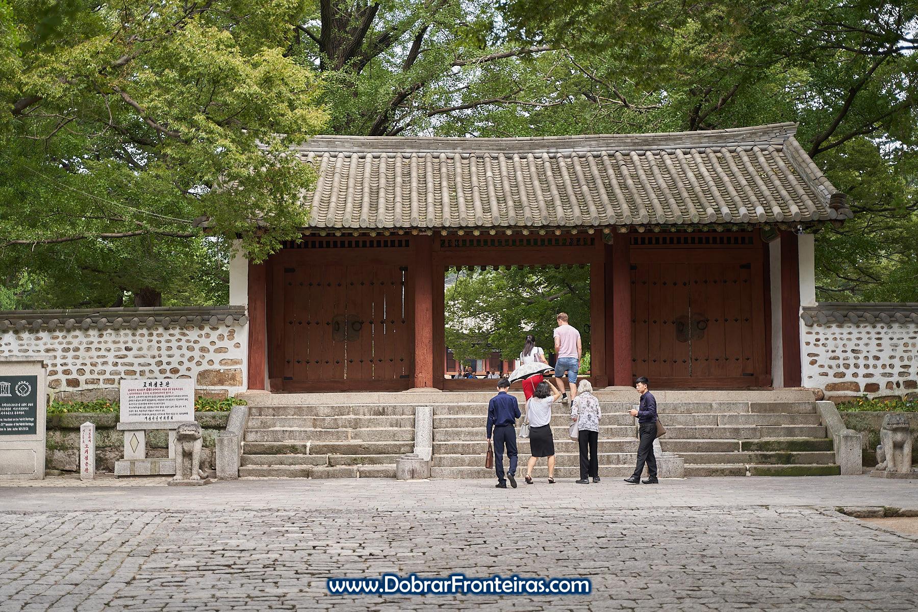 Portão de entrada na universidade de Kaesong