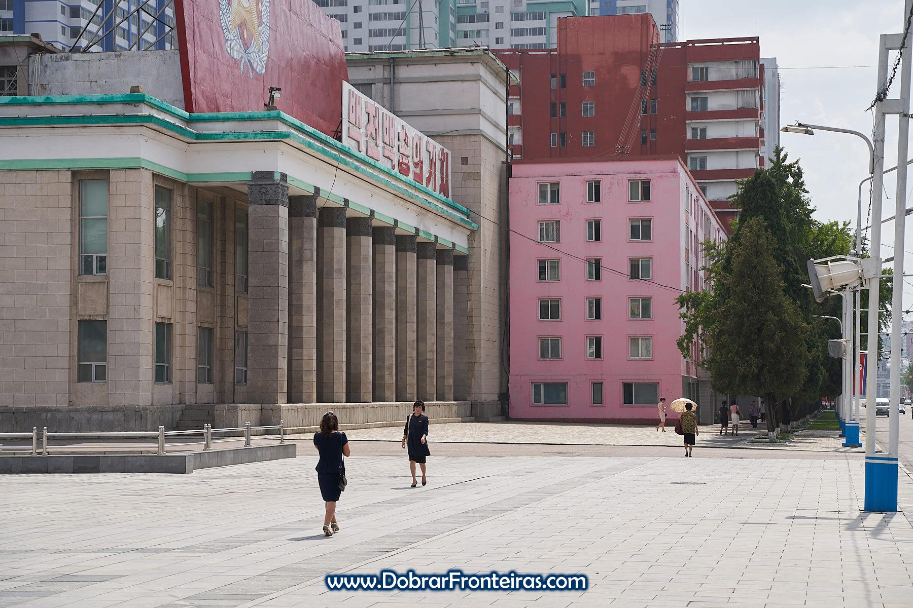 Mulheres em rua de Pyongyang