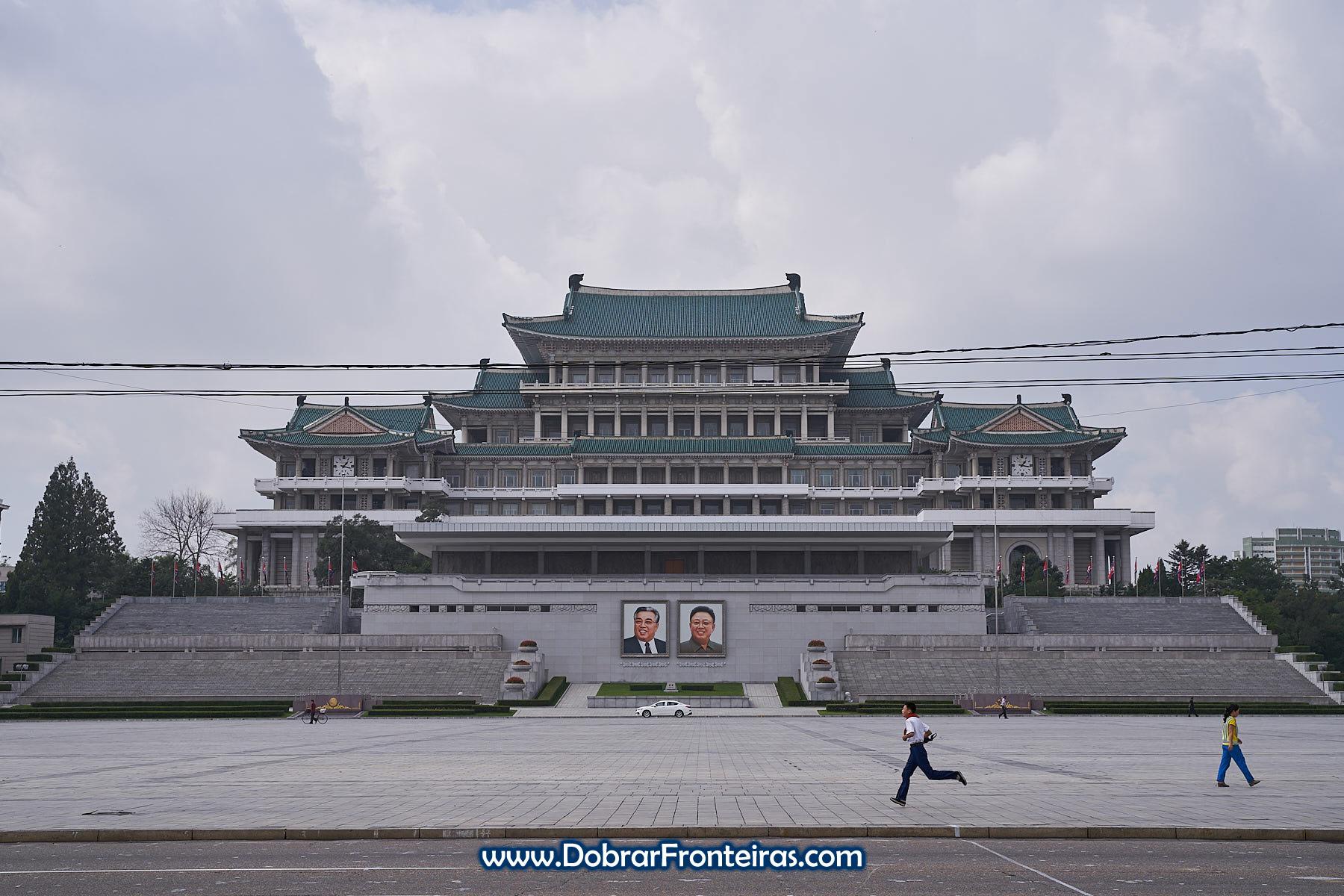 Rapaz a correr na praça Kim Il-Sung