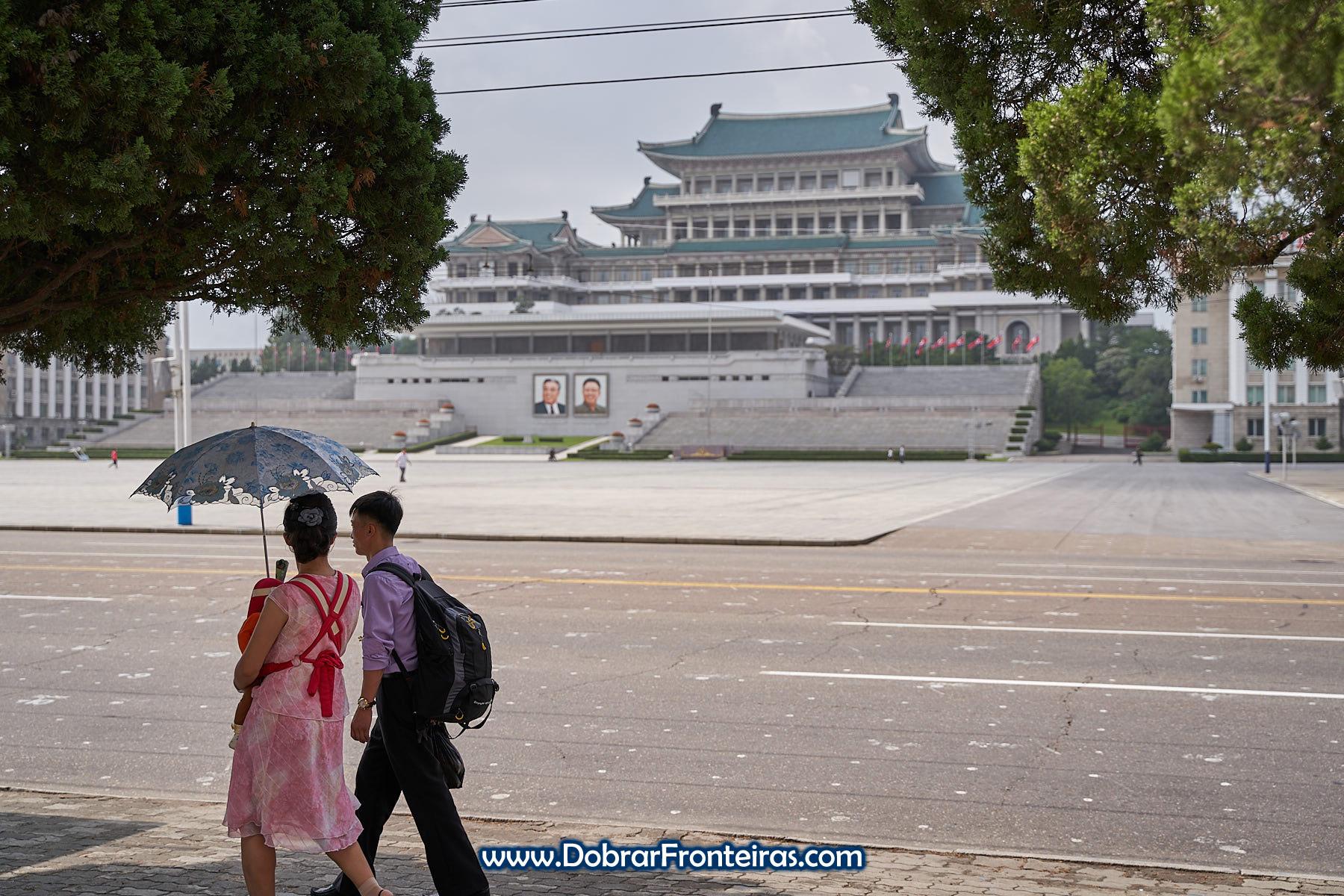 Casal com bebé a passear em Pyongyang