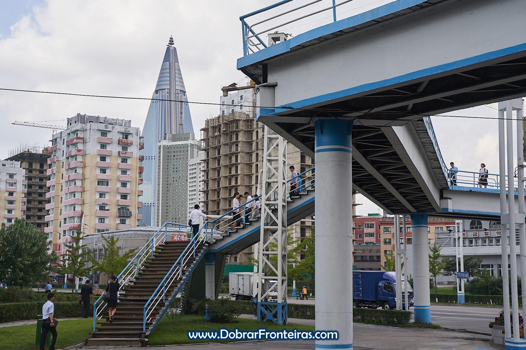 Passagem para peões com hotel Ryugyong ao fundo